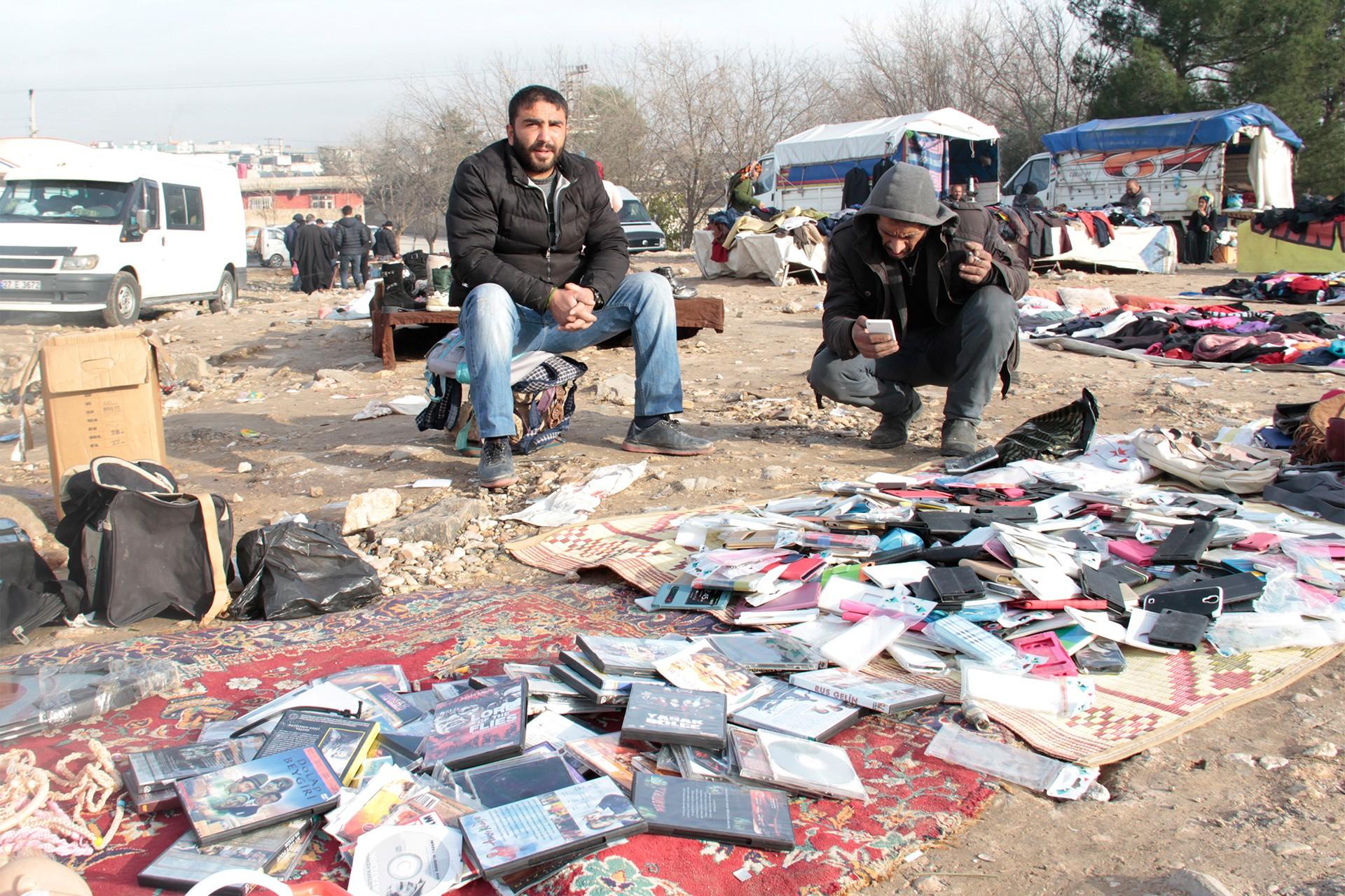 Bit pazarı yerde film cd'leri ve cüzdan satan kişiler...