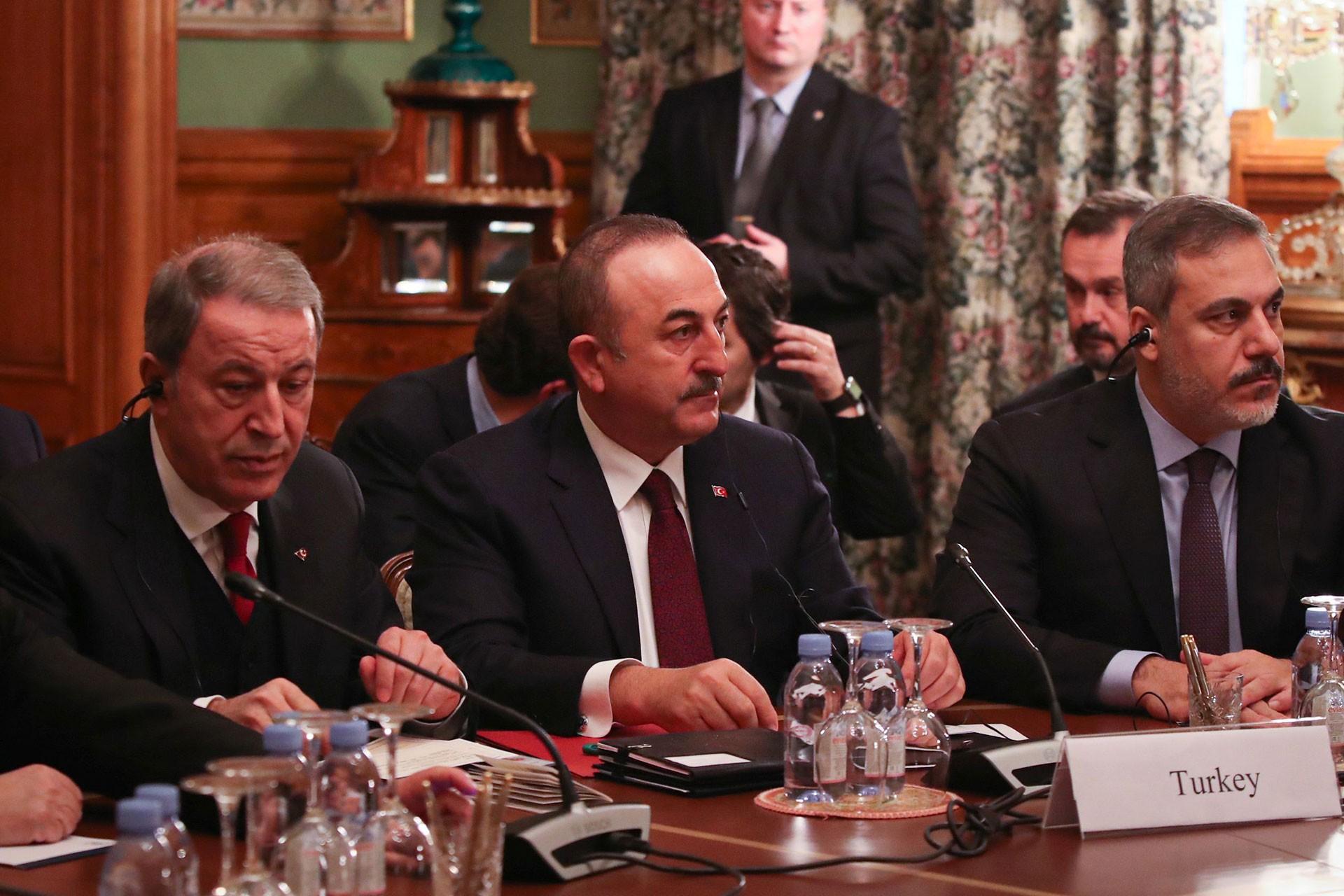 Hulusi Akar (solda) ve Mevlüt Çavuşoğlu (ortada)