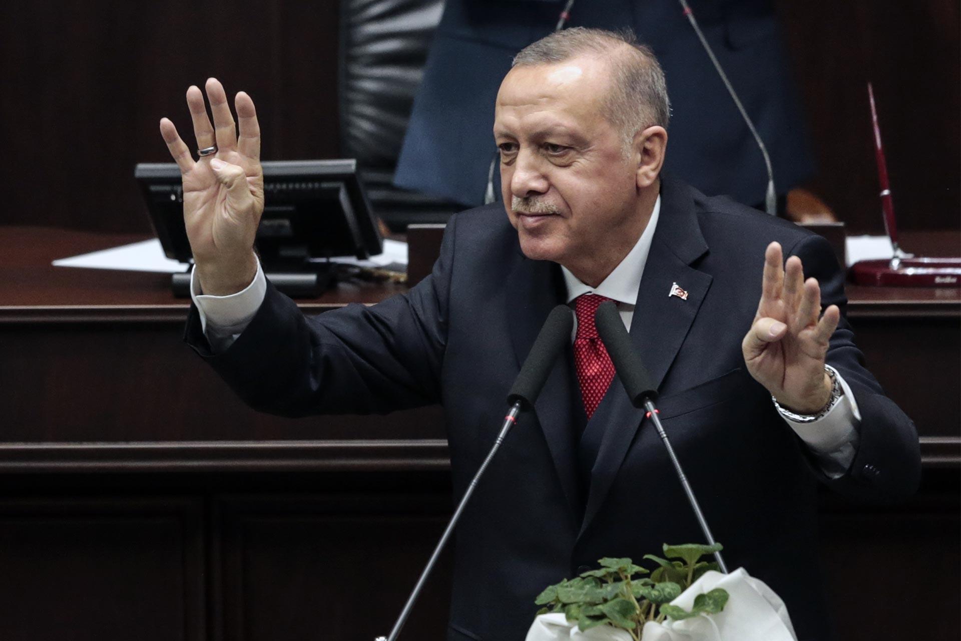 Cumhurbaşkanı Tayyip Erdoğan partisinin grup toplantısında milletvekillerini rabia işareti yaparak selamlarken