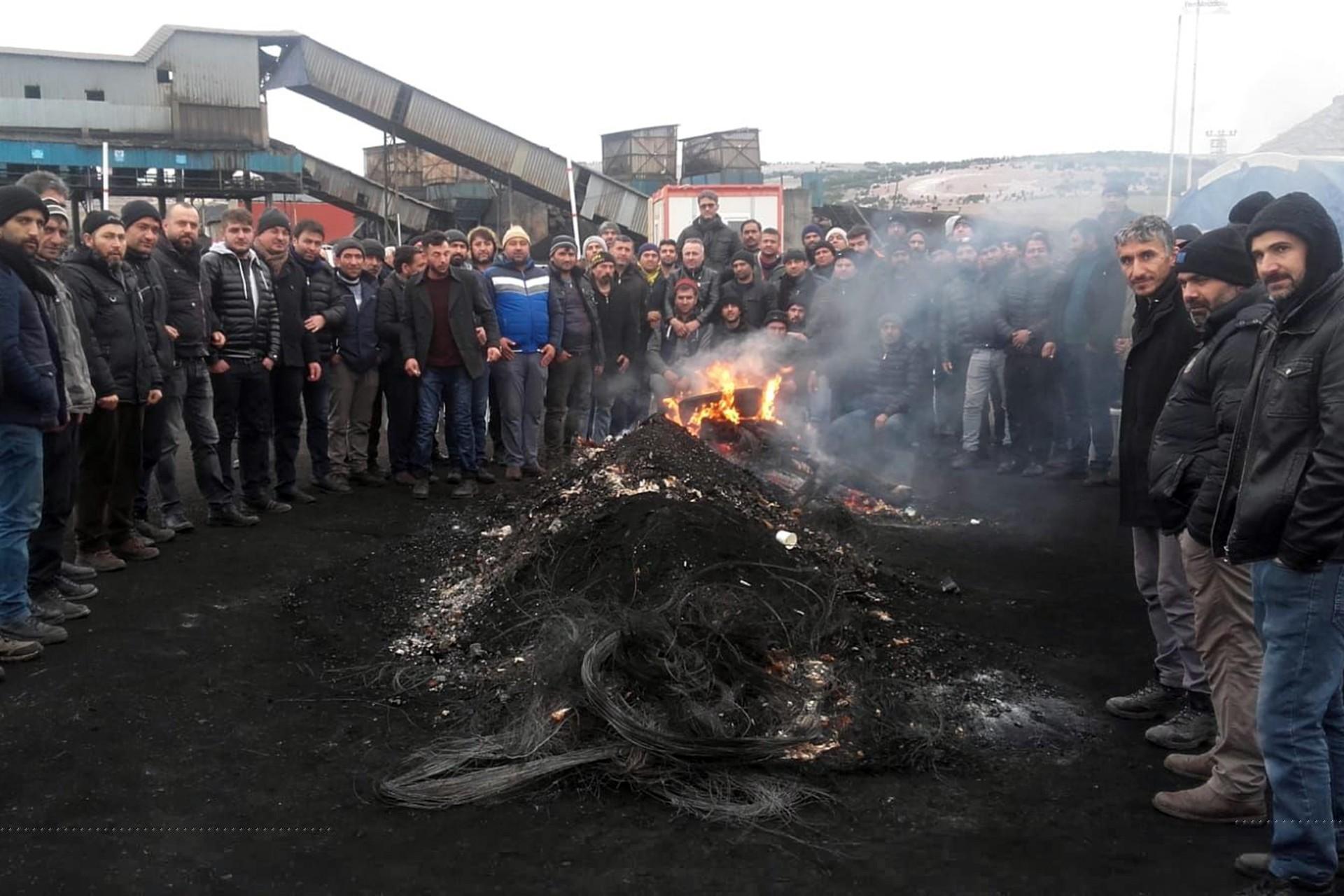 Ateş başında bekleyen işçiler