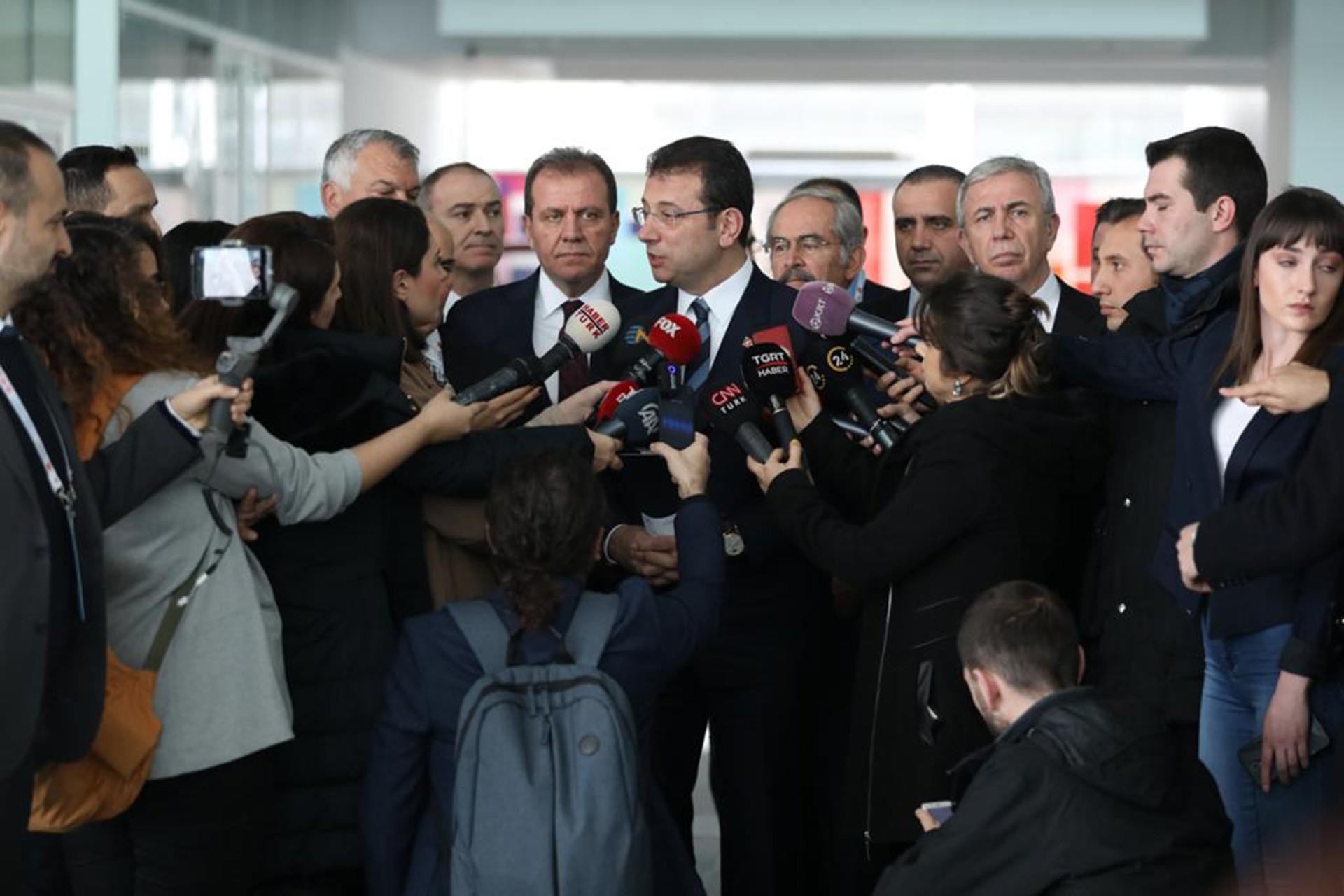 Ekrem İmamoğlu gazetecilerin sorularını yanıtlıyor