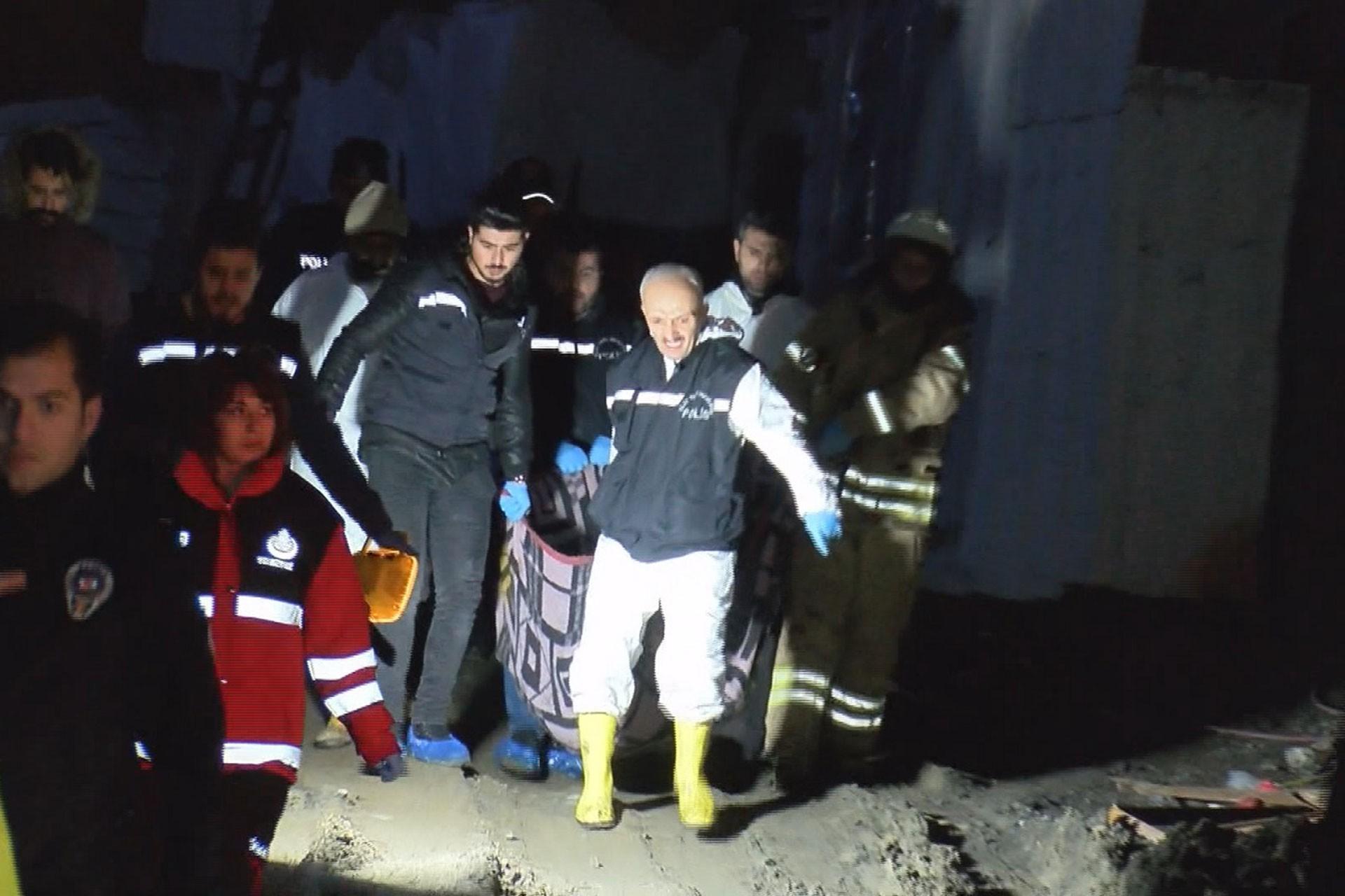 Sultangazi'de konteynerde yaşamını yitiren işçi taşınıyor