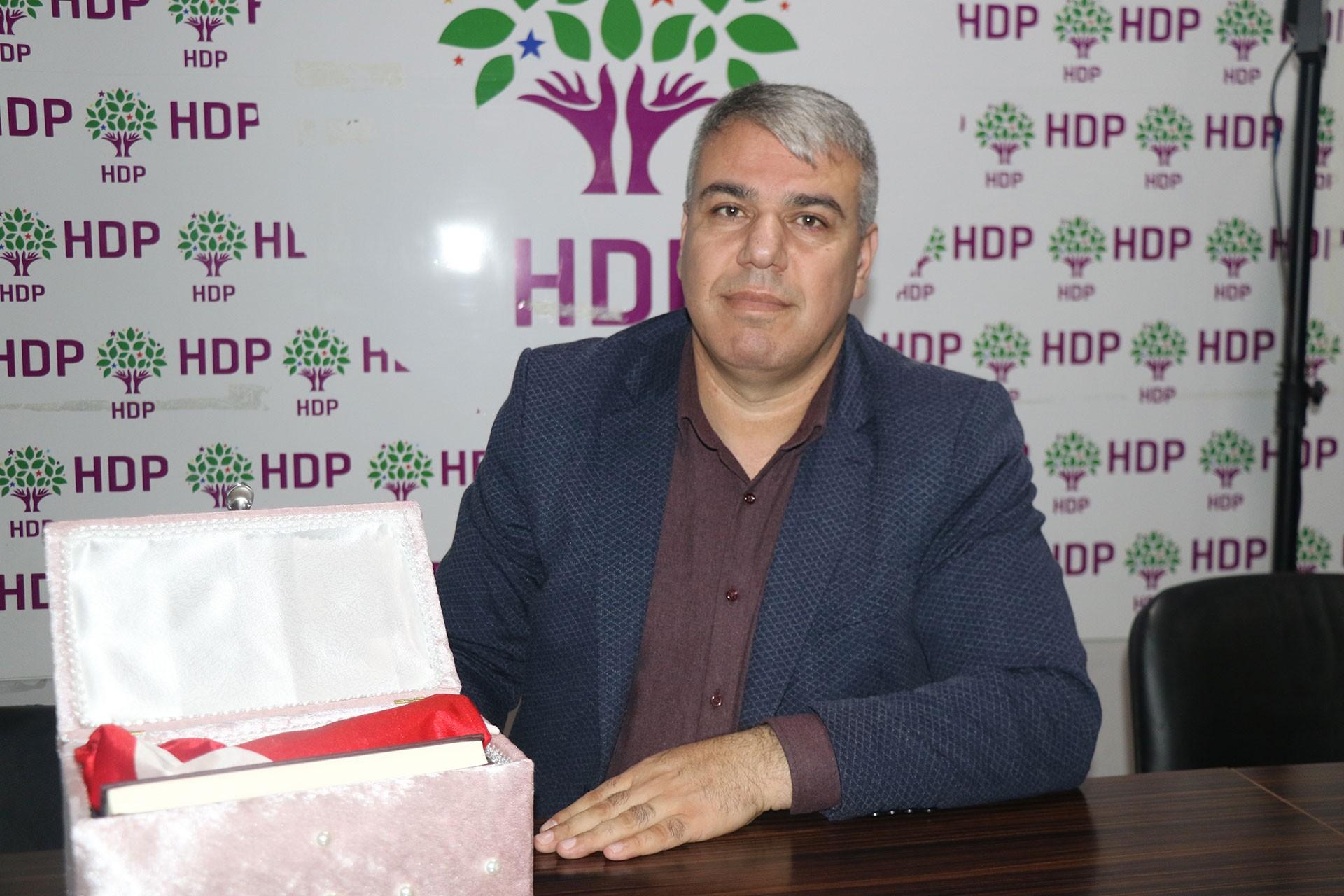 Mehmet Tayyip Aslan ve saldırganın kendilerine getirdiği kutu