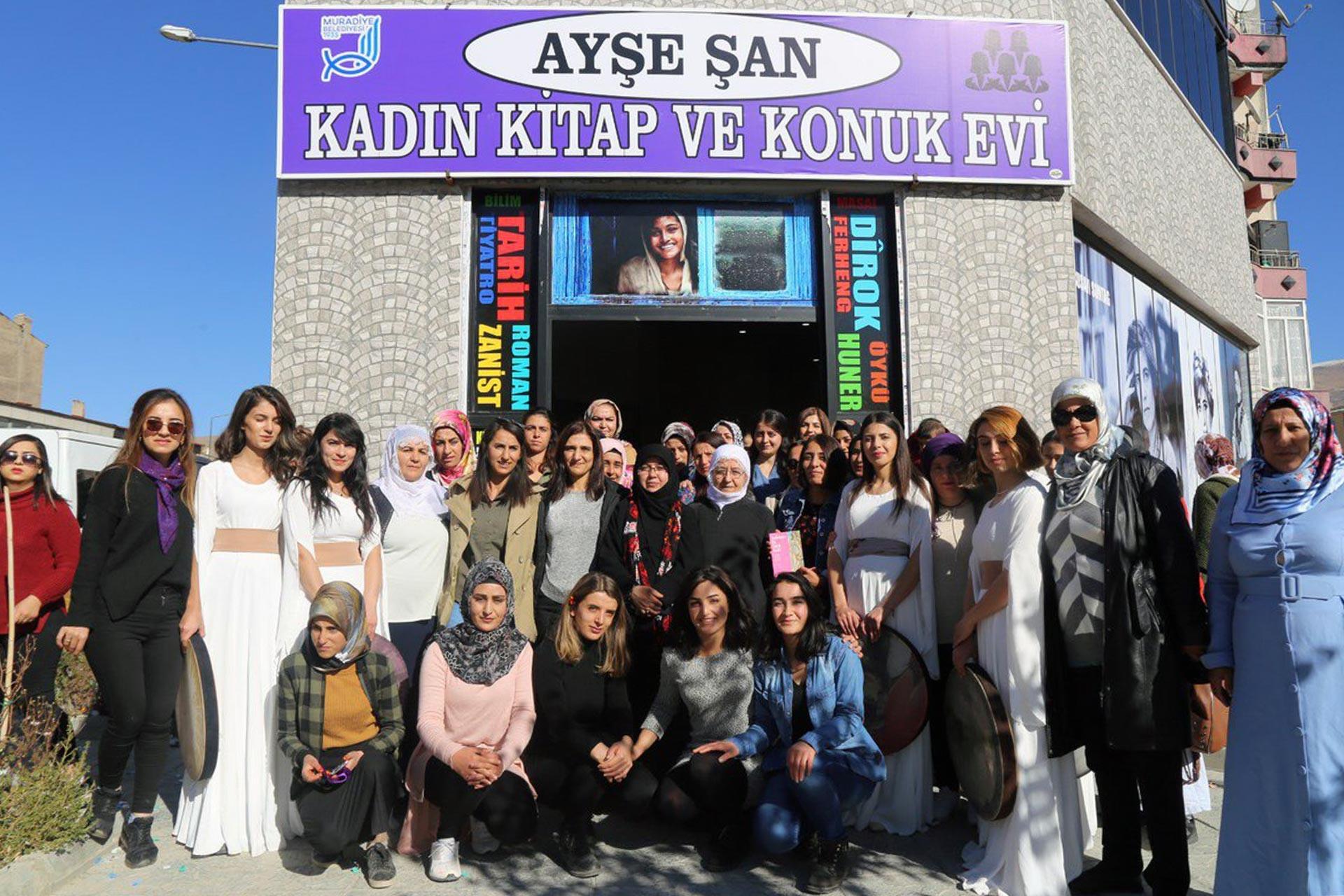 Ayşe Şan Kadın Kitap ve Konuk Evi'nin açılışından bir an
