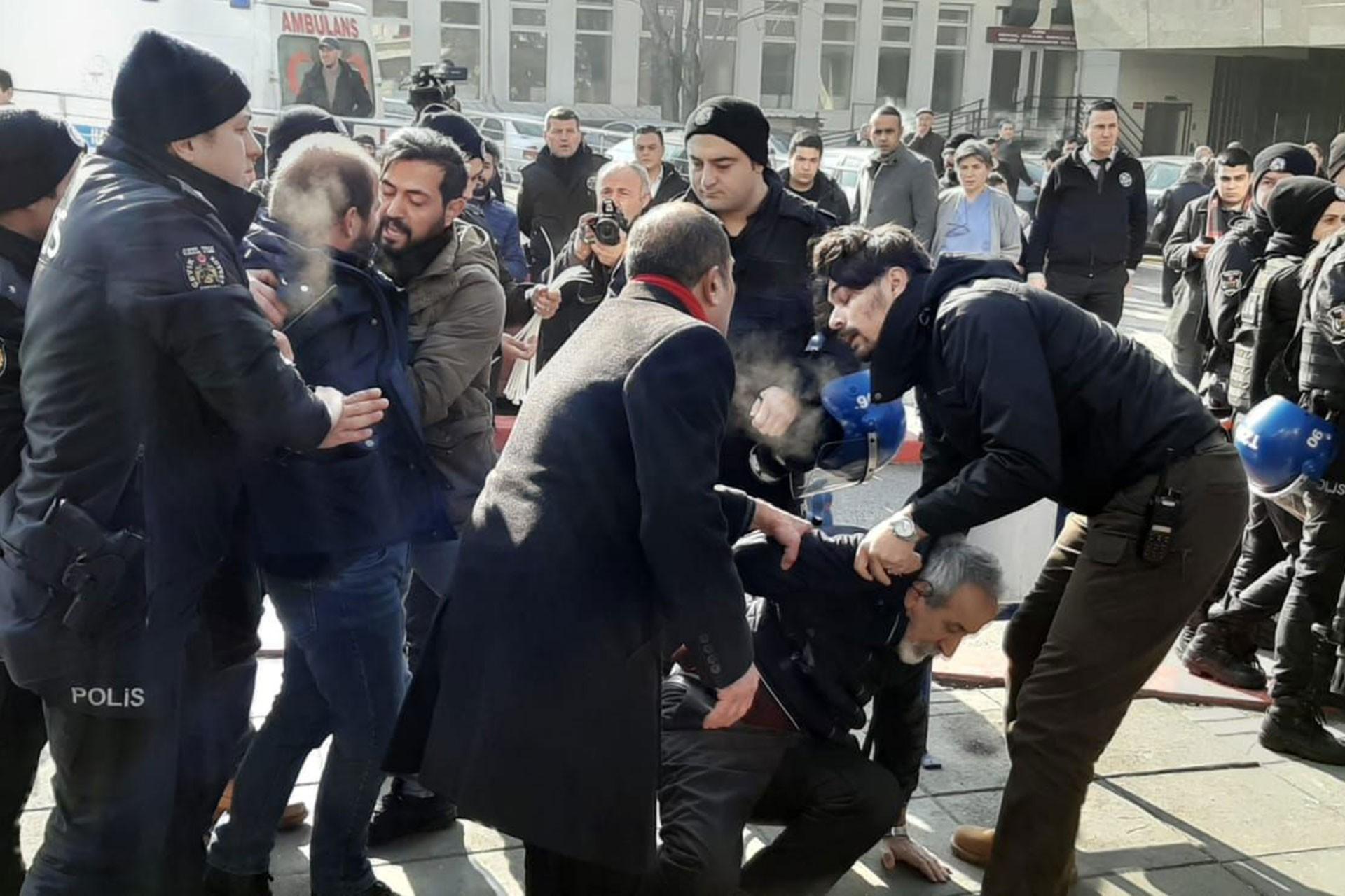Şiddeti protesto eden hekimlere polis müdahalesi