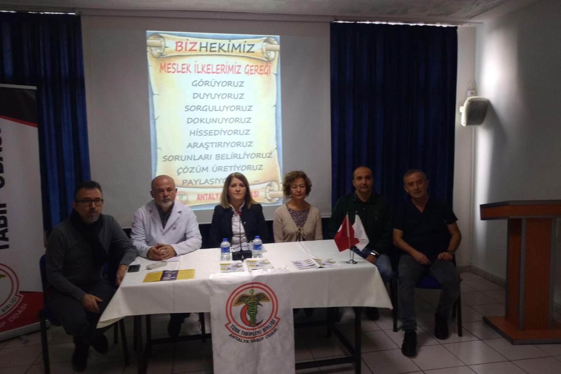 Antalya'da basın açıklaması yapan hekimler