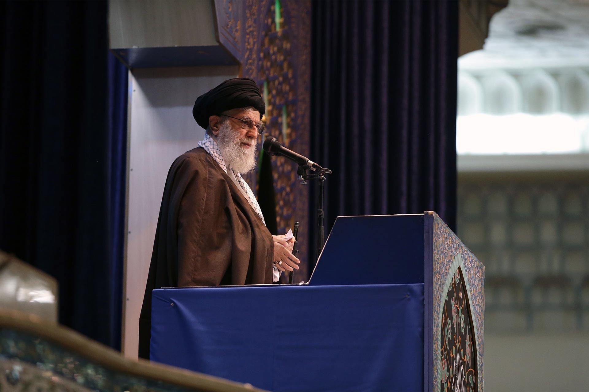 İran lideri Ali Hamaney, Tahran İmam Humeyni Musallası'nda 8 yıl aradan sonra okuduğu ilk cuma hutbesinde gündemdeki konulara ilişkin değerlendirmelerde bulundu.