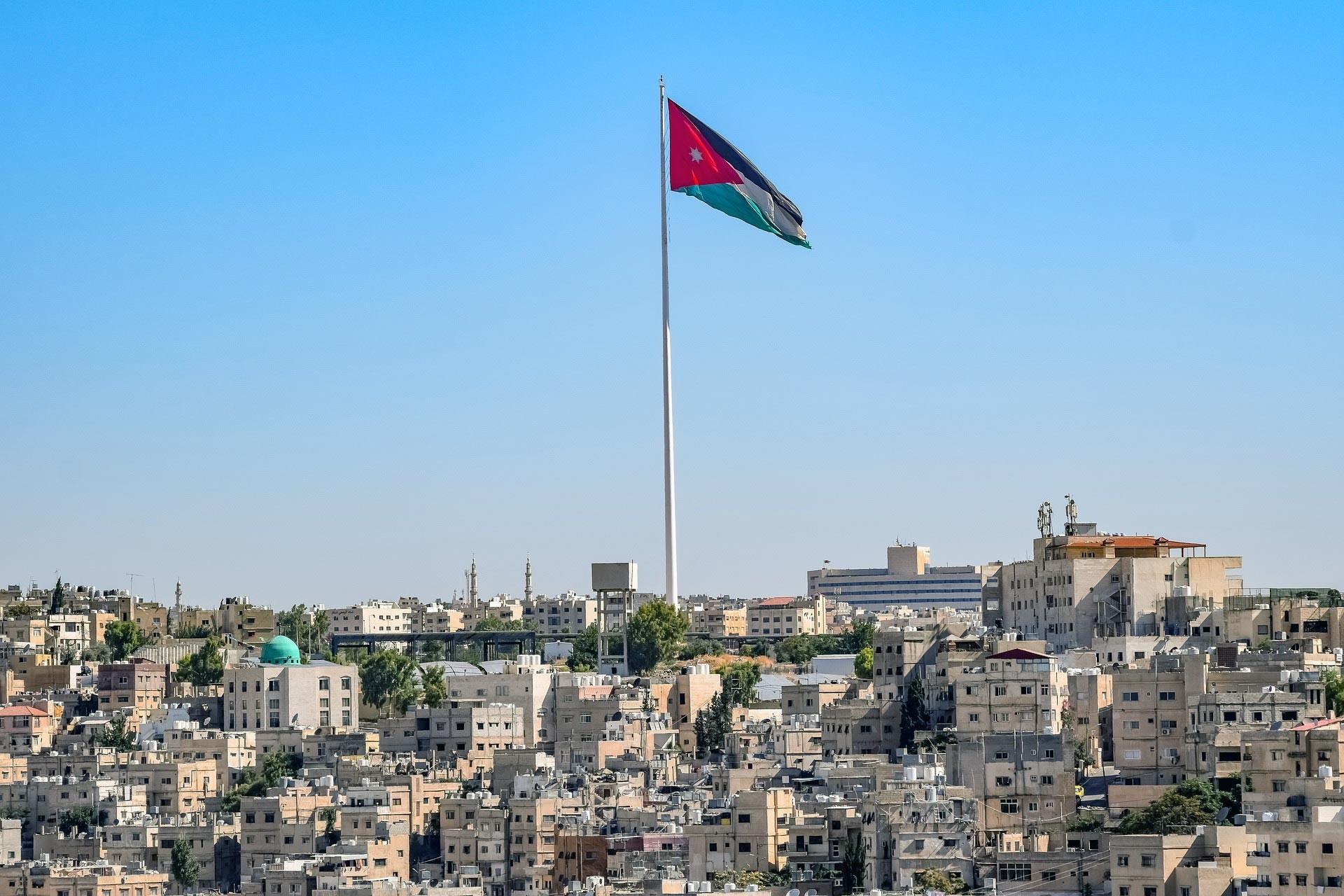 Ürdün bayrağı ve kent genel görüntüsü