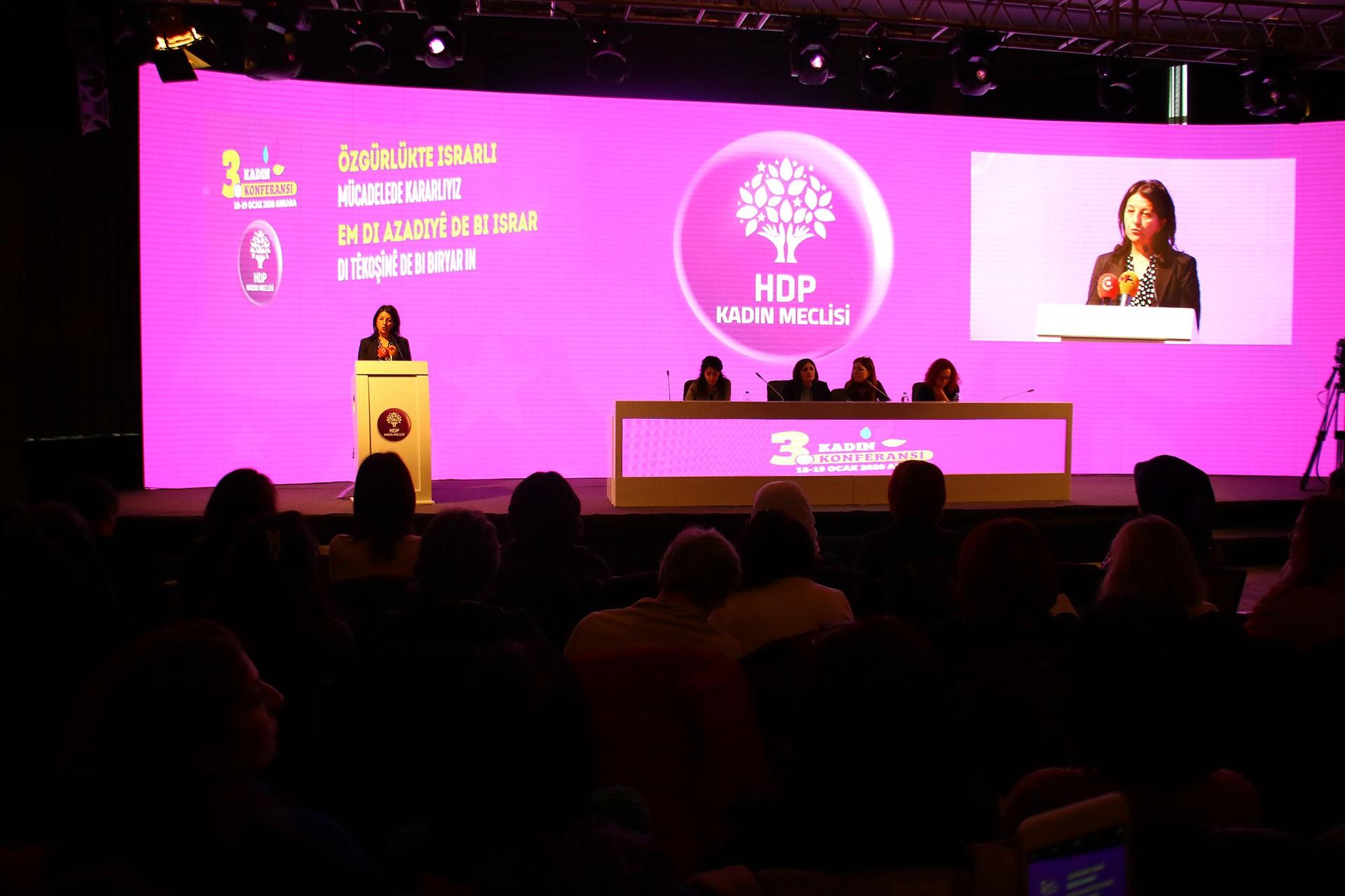 Pervin Buldan konferansta konuşuyor.