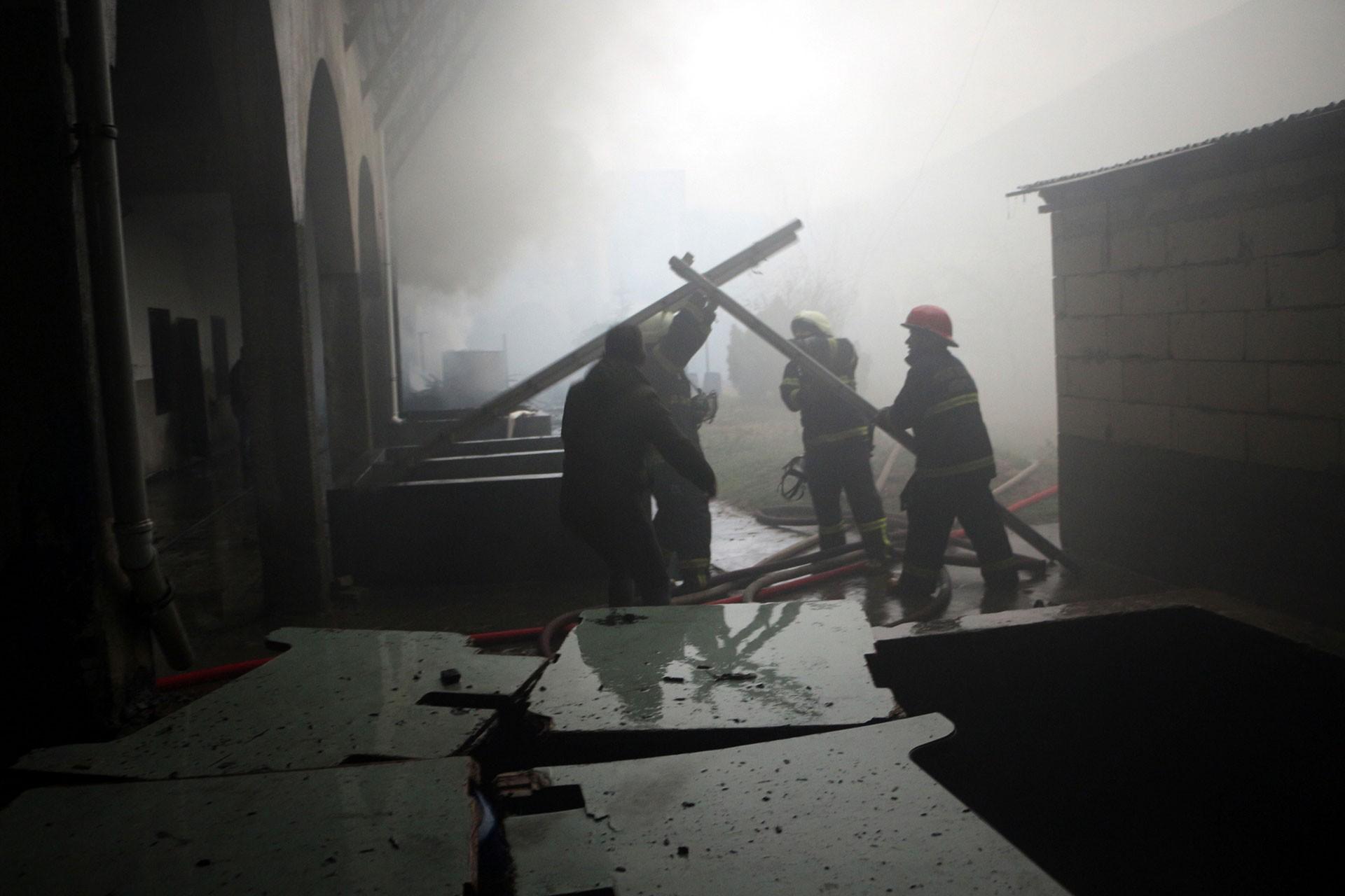 Yazmacılar Hanı'nda çıkan yangına müdahale eden itfaiye ekipleri