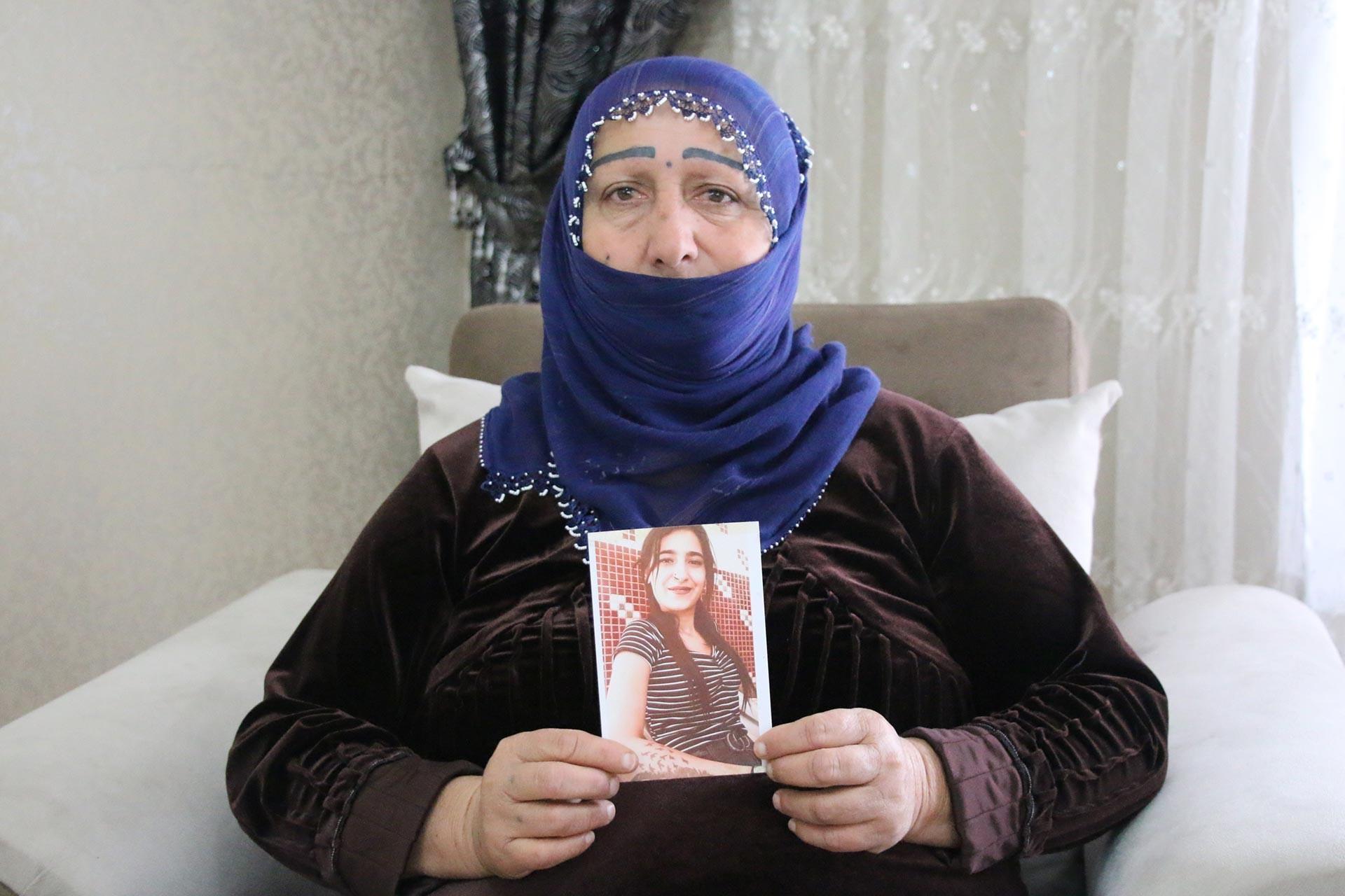Şefika Yasa'nın annesi Naile Yasa, kızının fotoğrafını gösteriyor.