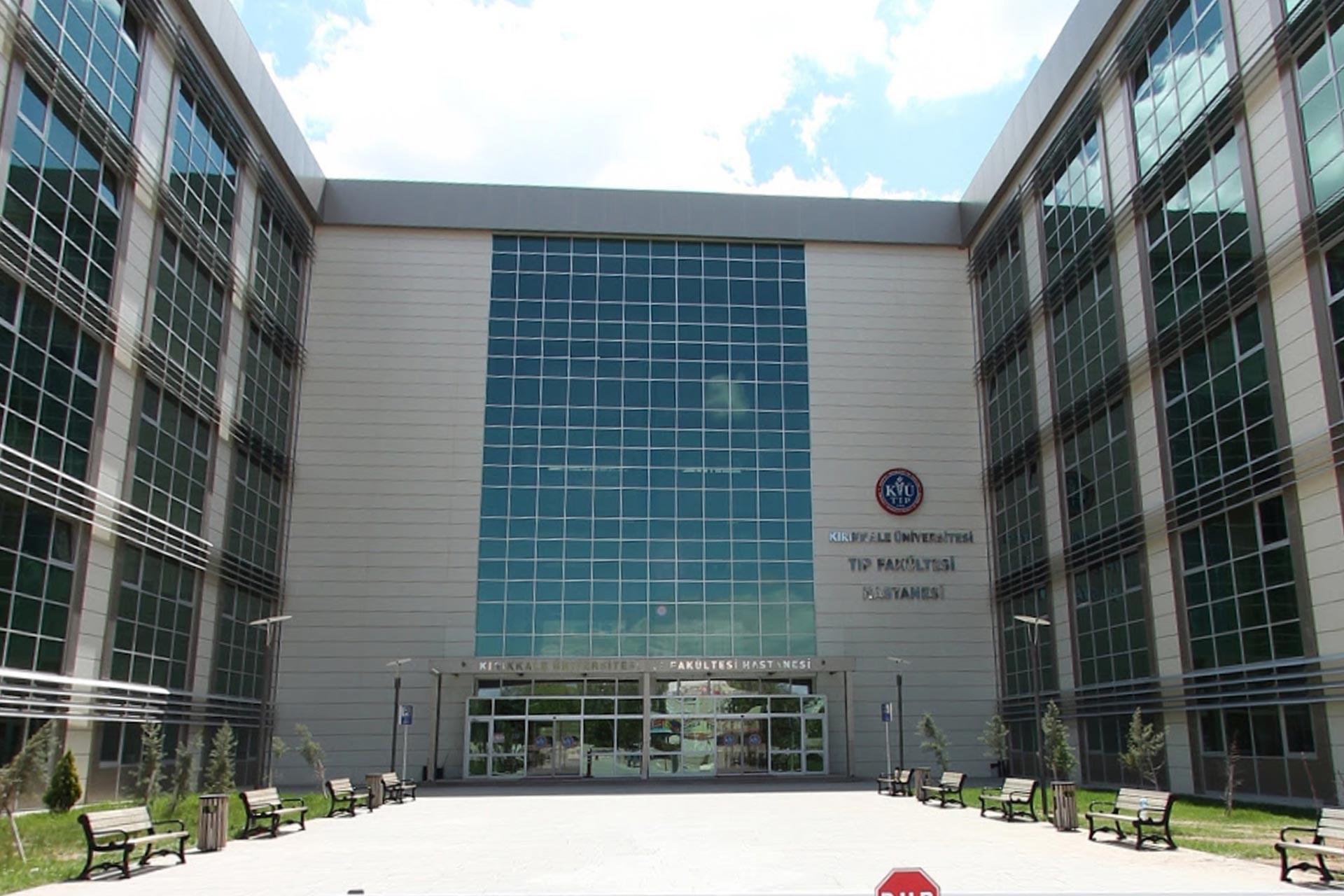 Kırıkkale Üniversitesi Tıp Fakültesi Hastanesi binasının dıştan görünümü