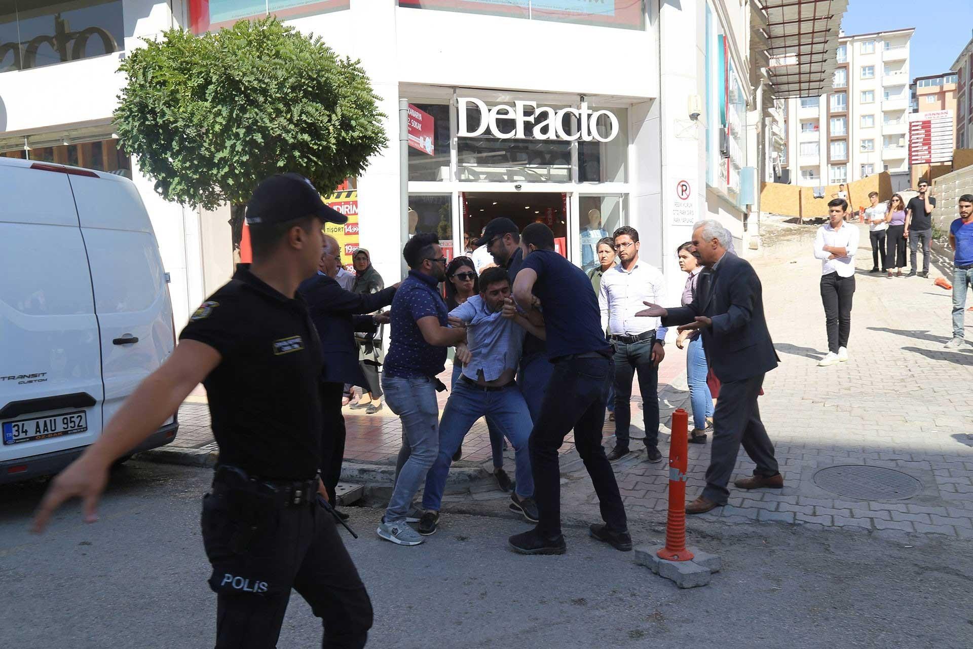 Van'da polisler tarafından gözaltına alınan bir vatandaş
