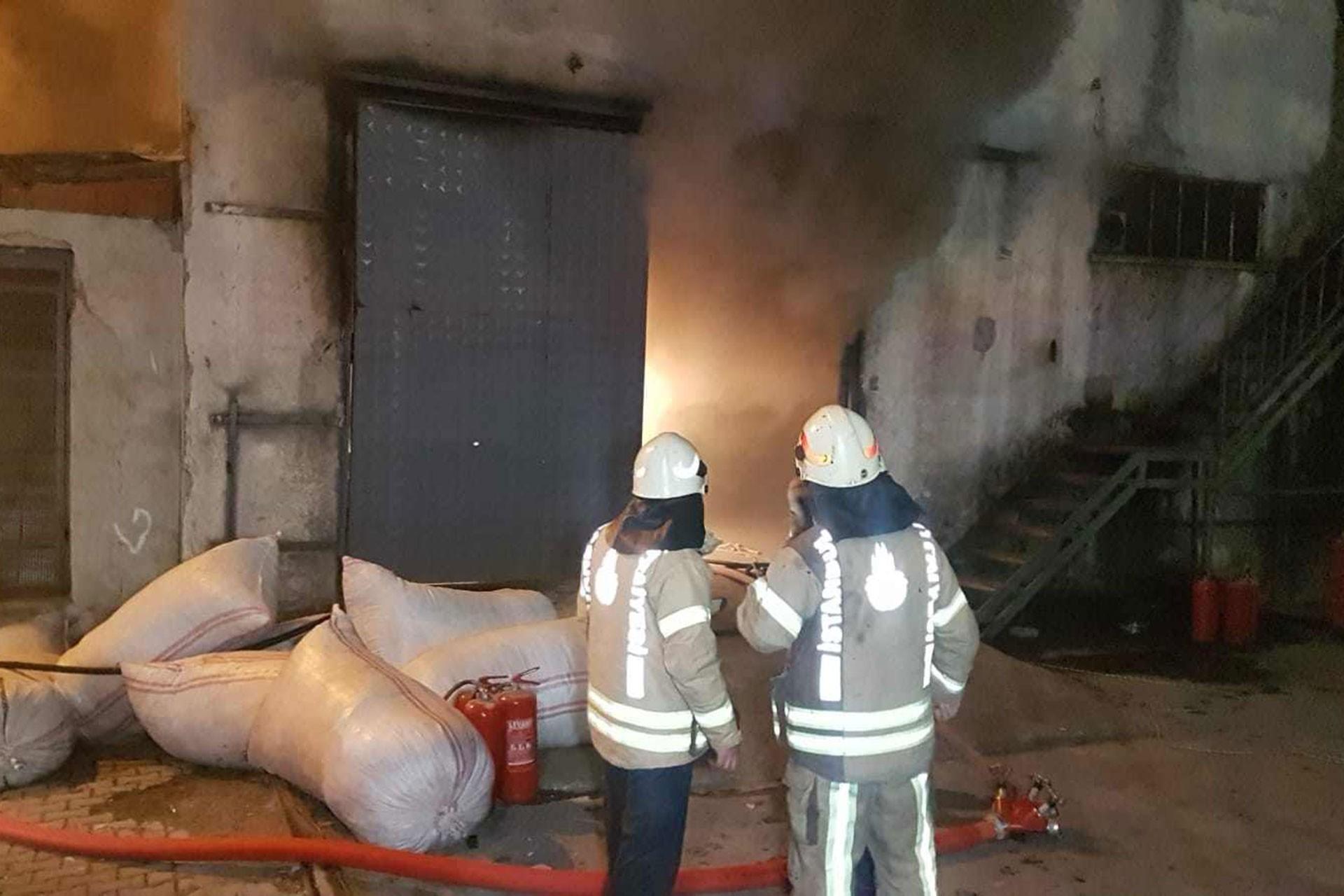 Esenyurt'ta yangın çıkan atölye ve iki itfaiye çalışanı