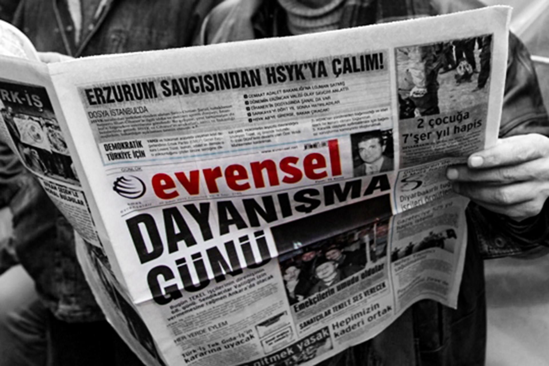 Bir emekçi, Evrensel gazetesinin 'Dayanışma günü' manşetli sayısını okurken