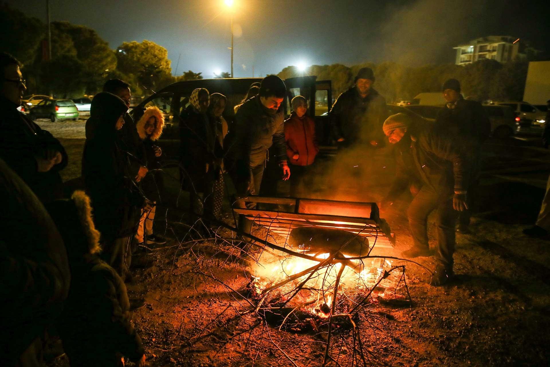 Ateşin başında bekleyen vatandaşlar