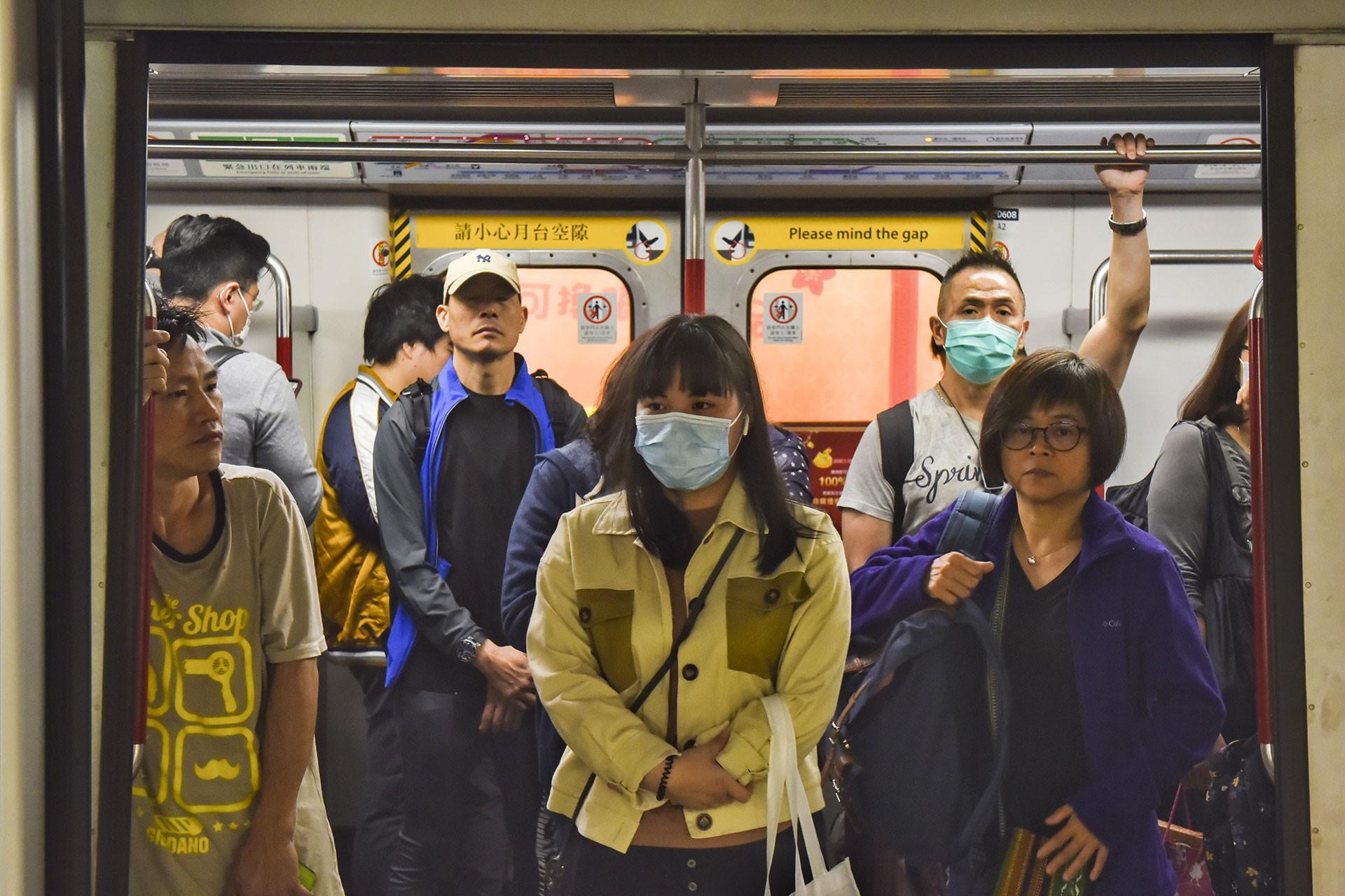 Çin'de toplu taşımadaki yüzü maskeli insanlar