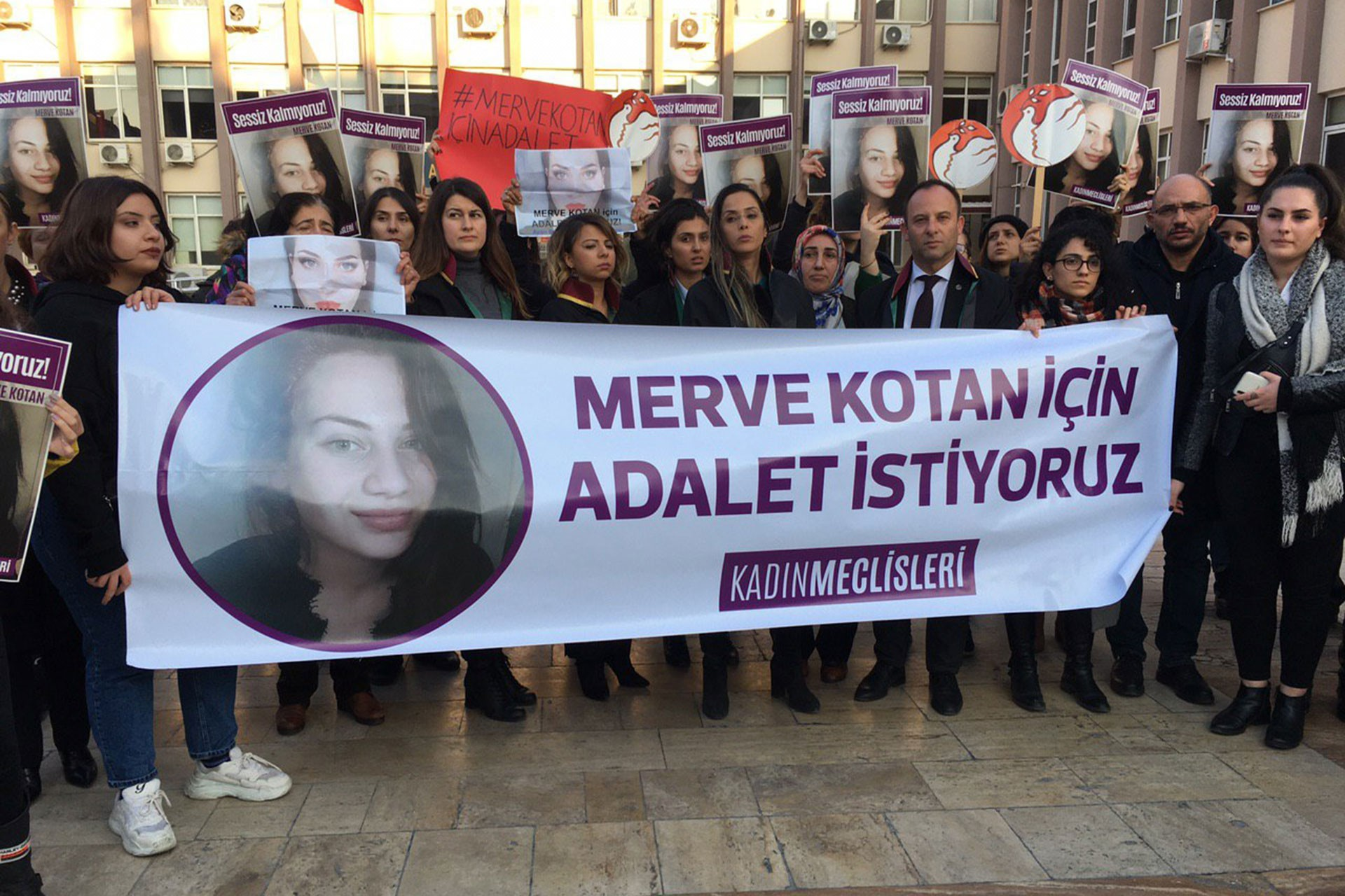 Merve Kotan'ın fotoğrafının olduğu döviz ve eyleme katılan kadınlar