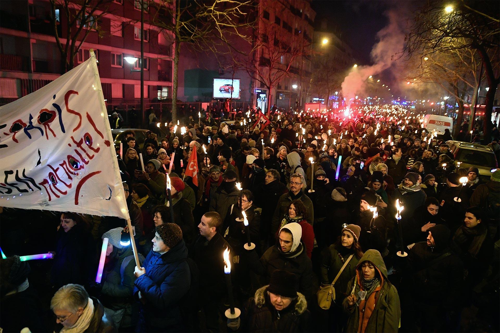 Fransa'da emeklilik reformuna karşı düzenlenen eylemde meşaleler taşındı