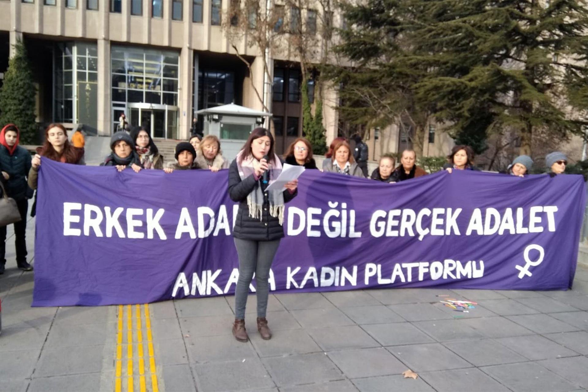 Ceren Damar cinayeti davası öncesi Ankara Kadın Platformu üyeleri adliye önünde basın açıklaması yapıyor