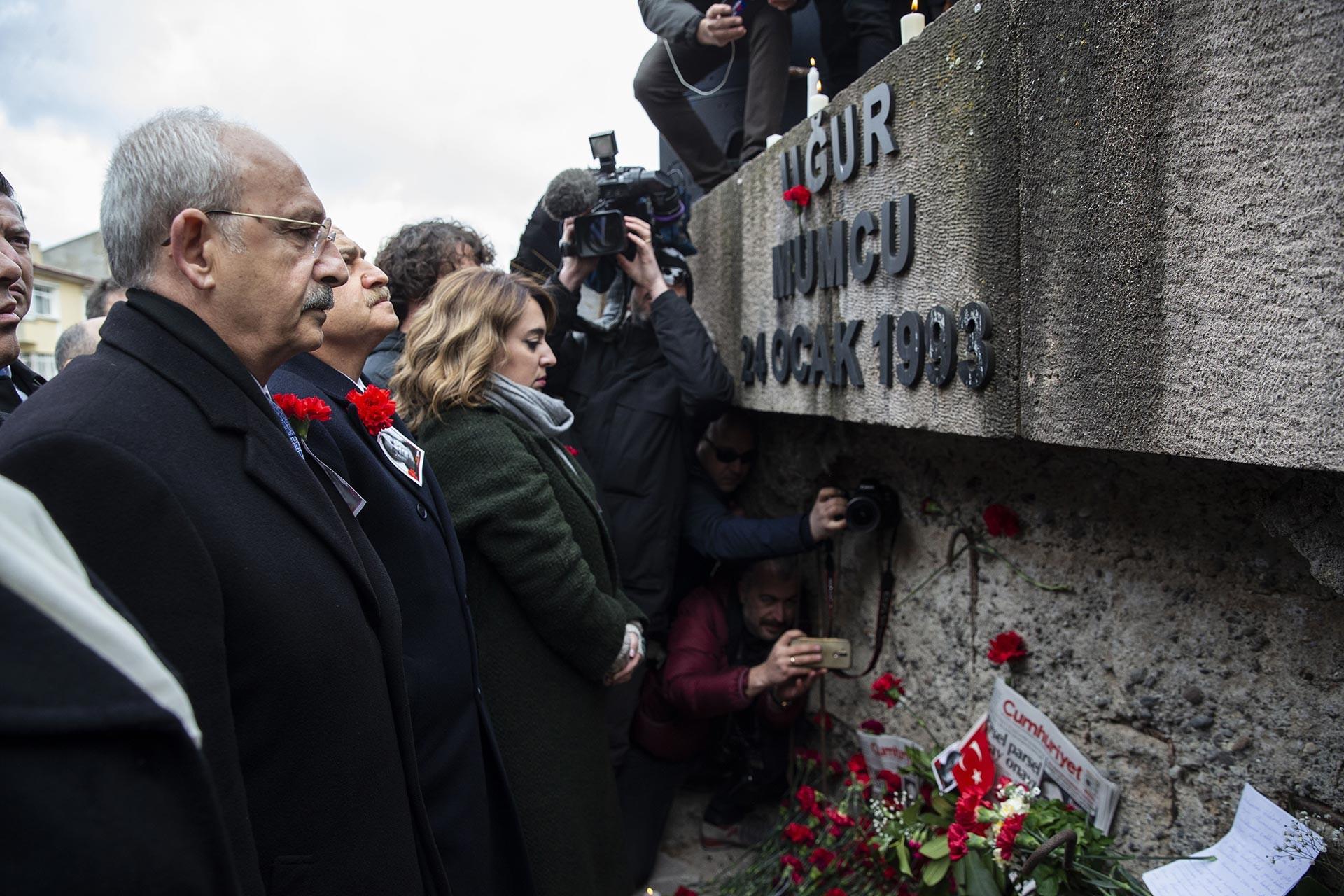 Gazeteci Yazar Uğur Mumcu, öldürülüşünün 27. yılında evinin önünde anıldı