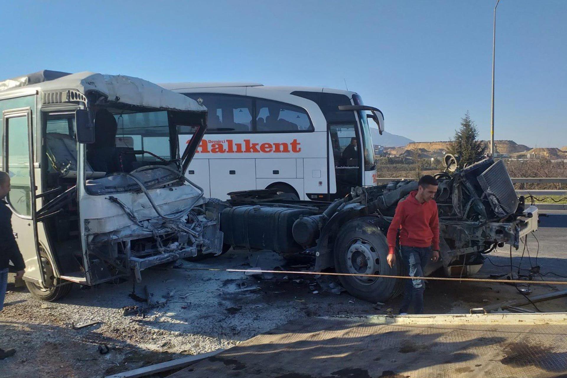 Manisa'da işçi servisi kaza yaptı
