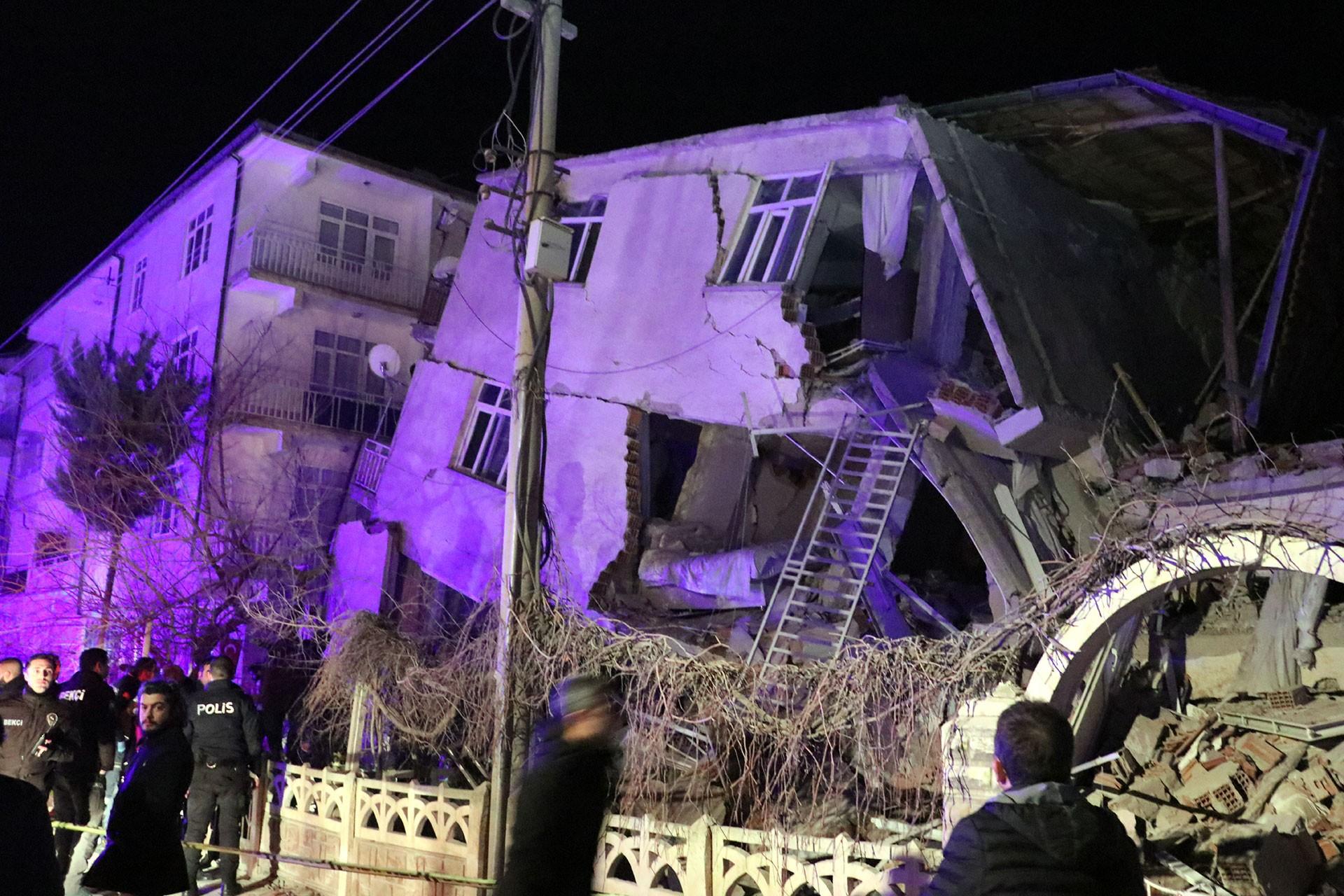 Elazığ'da depremin ardından yıkılan bina