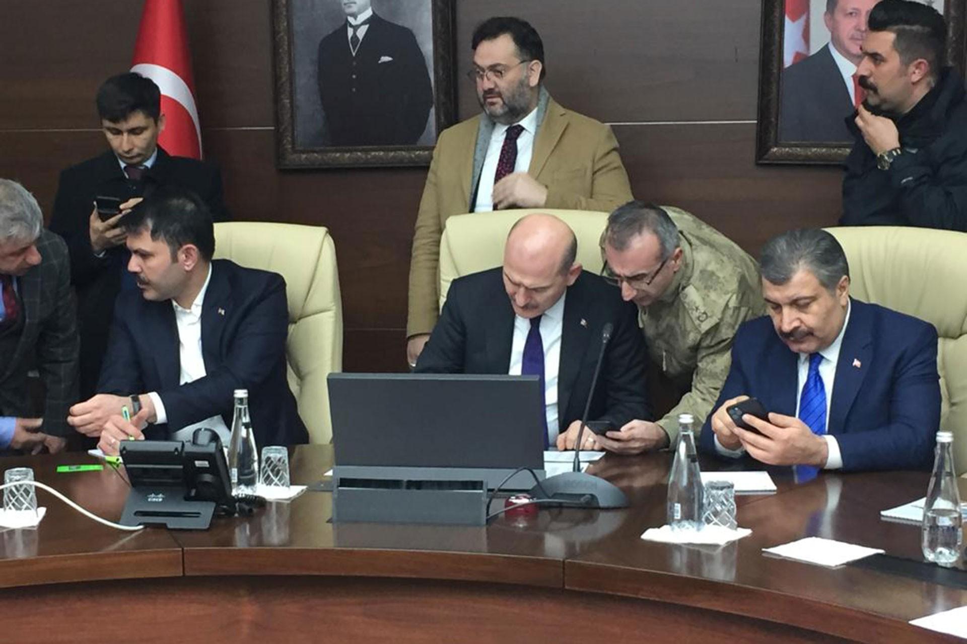 İçişleri Bakanı Süleyman Soylu (ortada), Çevre ve Şehirlilik Bakanı Murat Kurum (solda) ve Sağlık Bakanı Fahrettin Koca (sağda)
