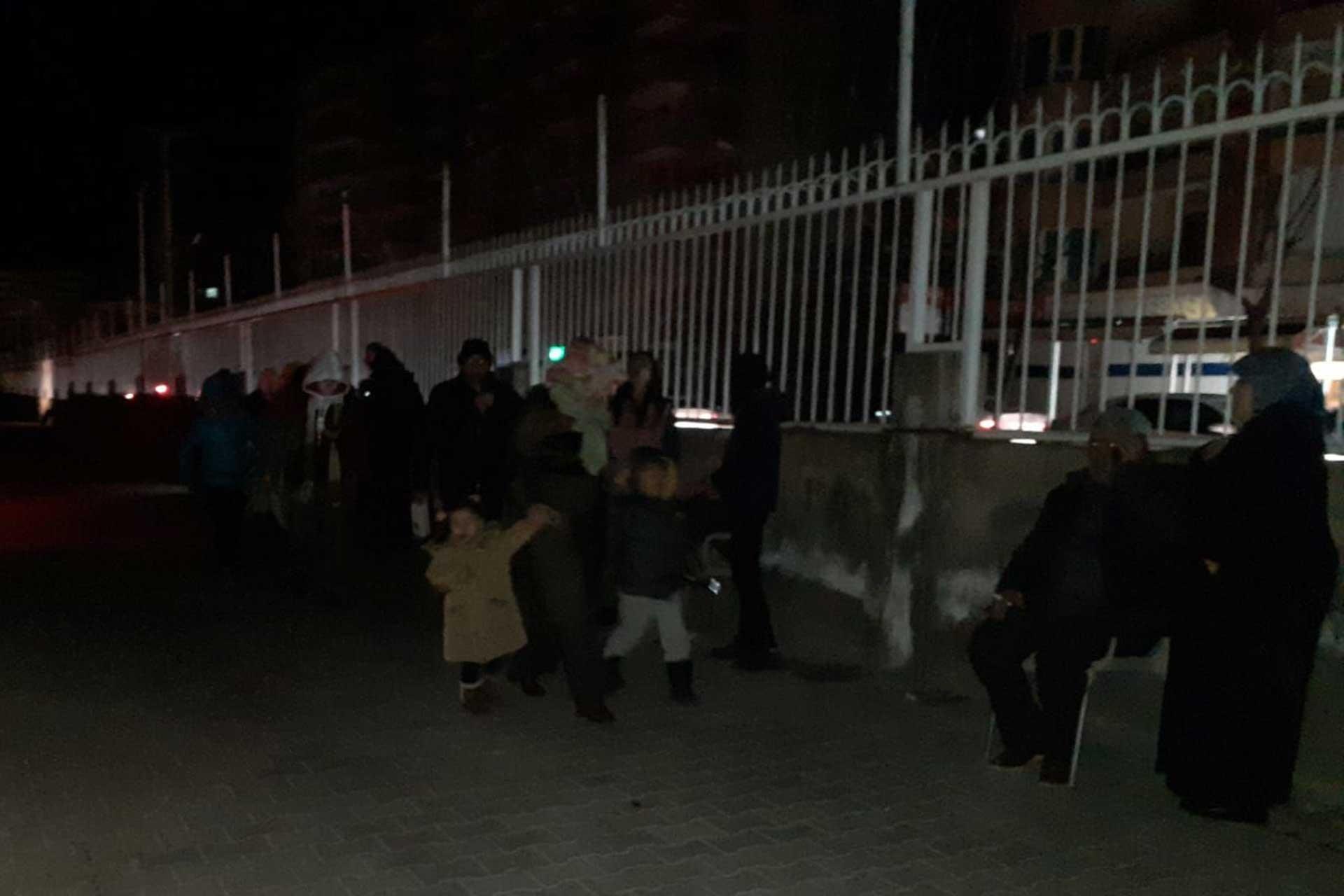 Deprem korkusuyla sokağa çıkan Diyarbakırlılar