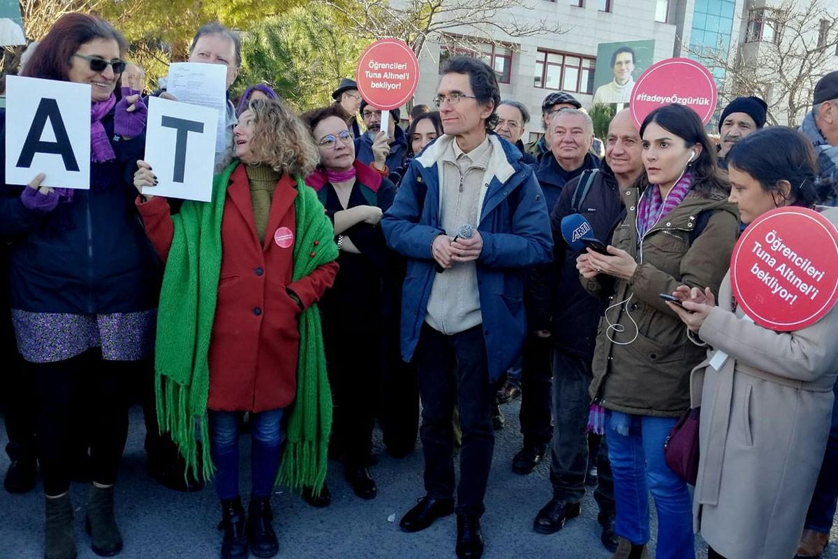 Tuna Altınel ve duruşma için ona desteğe gelenler açıklama yapıyor.
