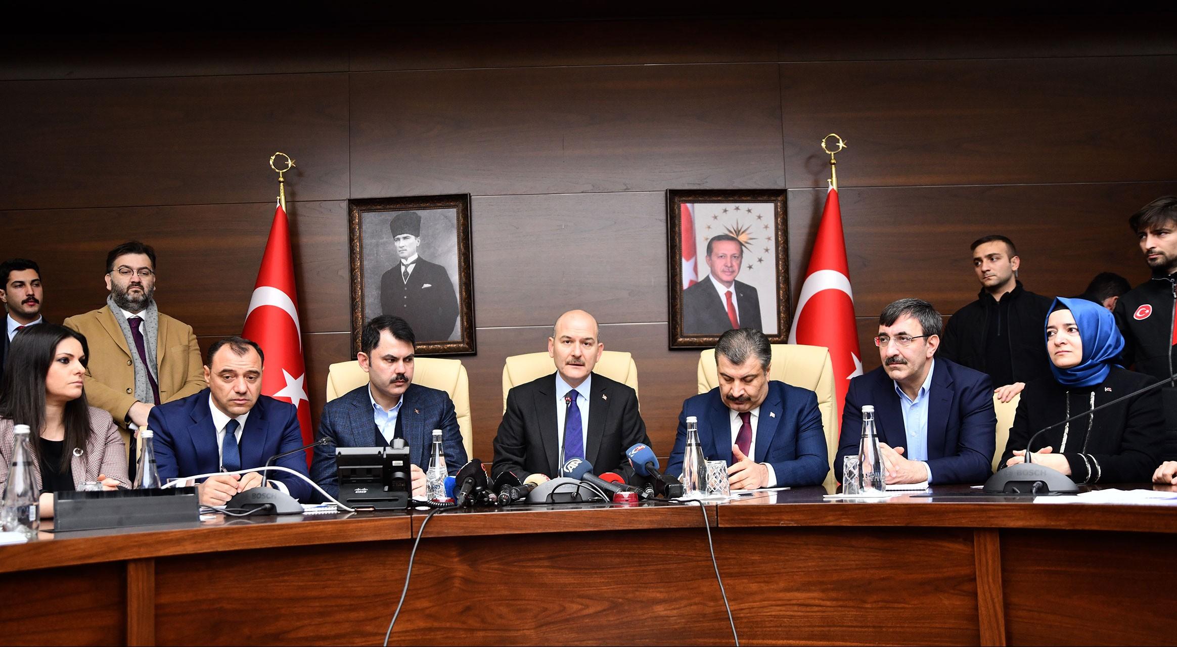 İçişleri Bakanı Süleyman Soylu (ortada), Sağlık Bakanı Fahrettin Koca (sağ 3) ve Çevre ve Şehircilik Bakanı Murat Kurum (sol 3), Elazığ Valiliğinde basın toplantısı düzenledi.
