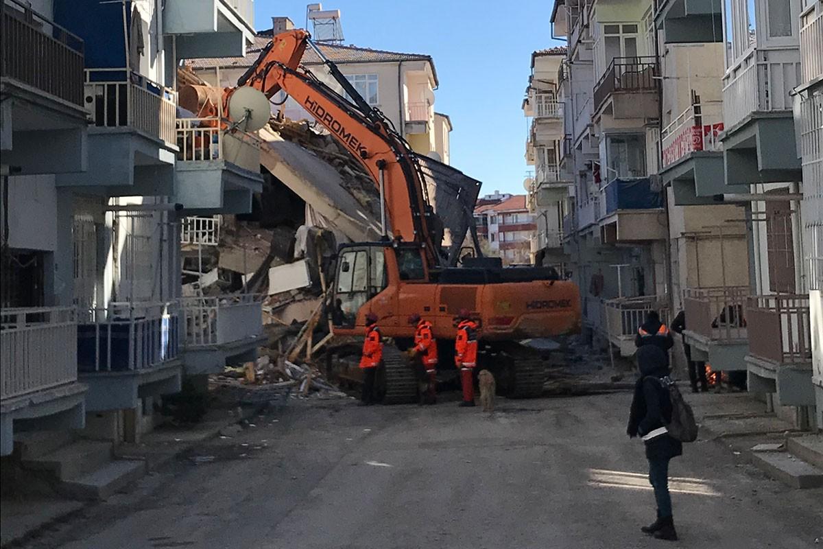 Depremde Ataşehir Mahallesi'nde yıkılan bir bina ve yürütülen kurtarma çalışmaları.