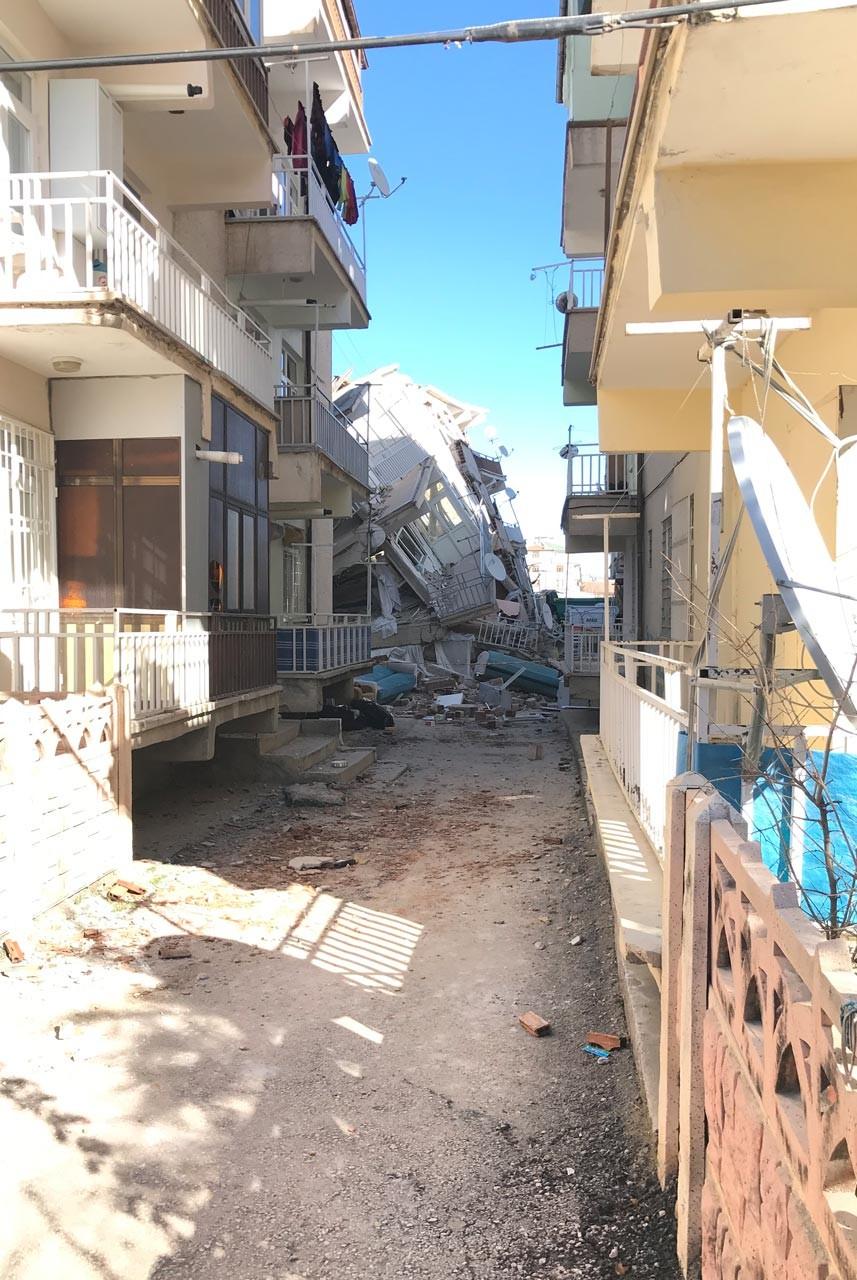 Elazığ'da yaşanan 6.8 büyüklüğündeki depremin ardından Ataşehir Mahallesinde yıkılan bir bina