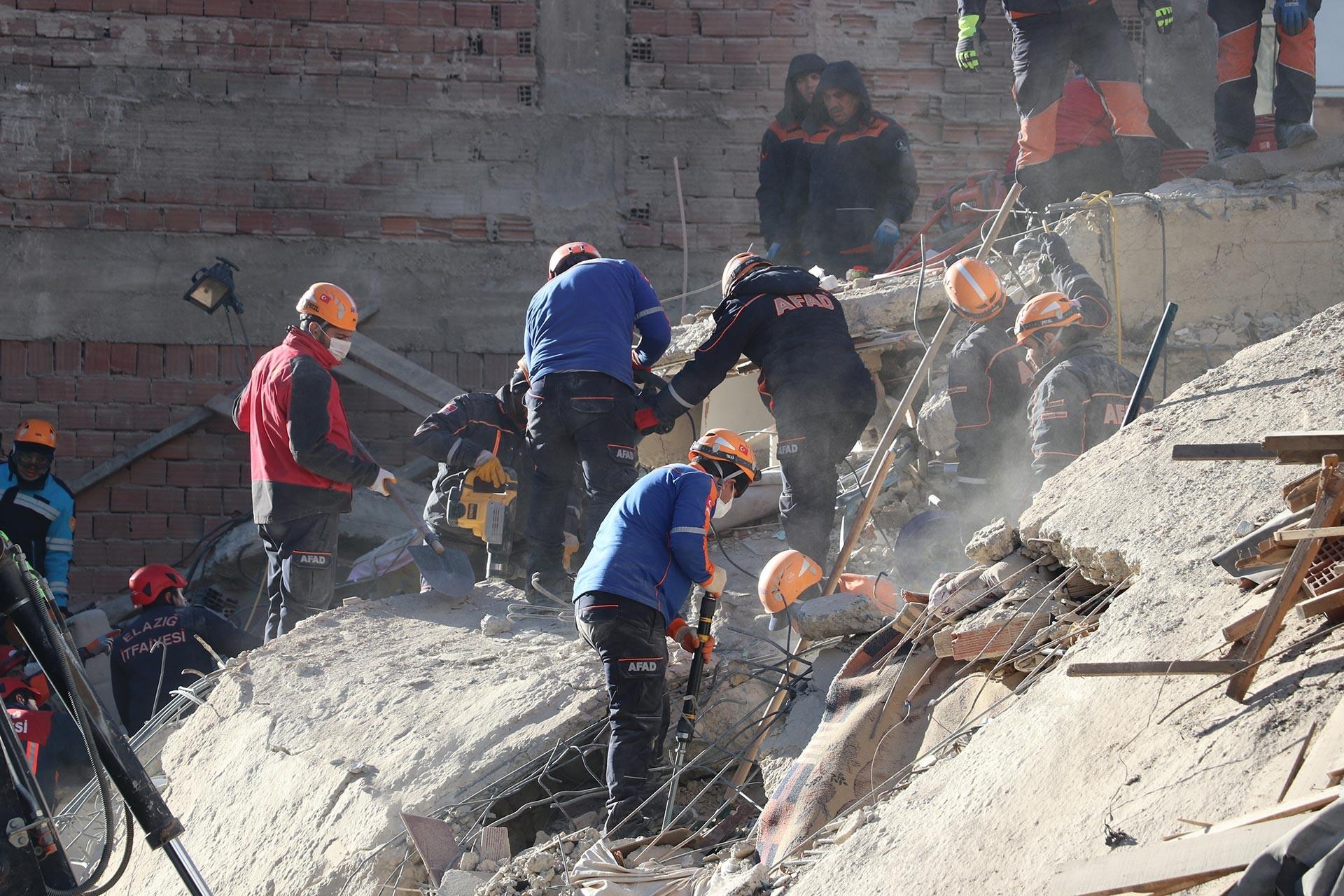 Elazığ'da gerçekleşen 6.8 büyüklüğündeki depremin ardından bir enkazda süren arama kurtarma çalışmalarından bir kare
