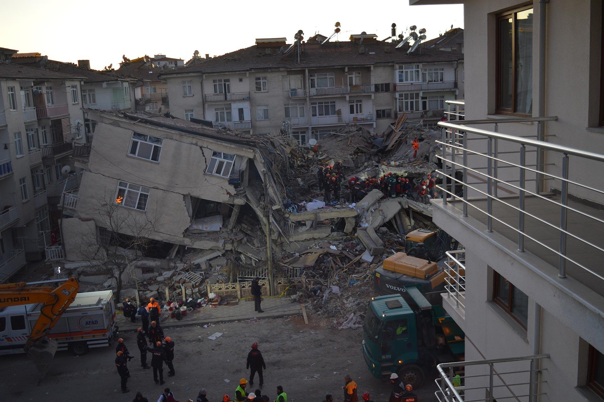 Elazığ'da meydana gelen 6.8 büyüklüğündeki depremin ardından arama kurtarma çalışmaları sürerken