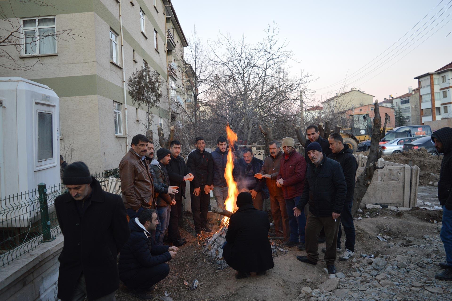 Elazığ'da meydana gelen 6.8 büyüklüğündeki depremin ardından arama kurtarma çalışmaları sürerken bir yandan yurttaşlar sokakta yaktıkları ateşin etrafında ısınmaya çalışıyor.