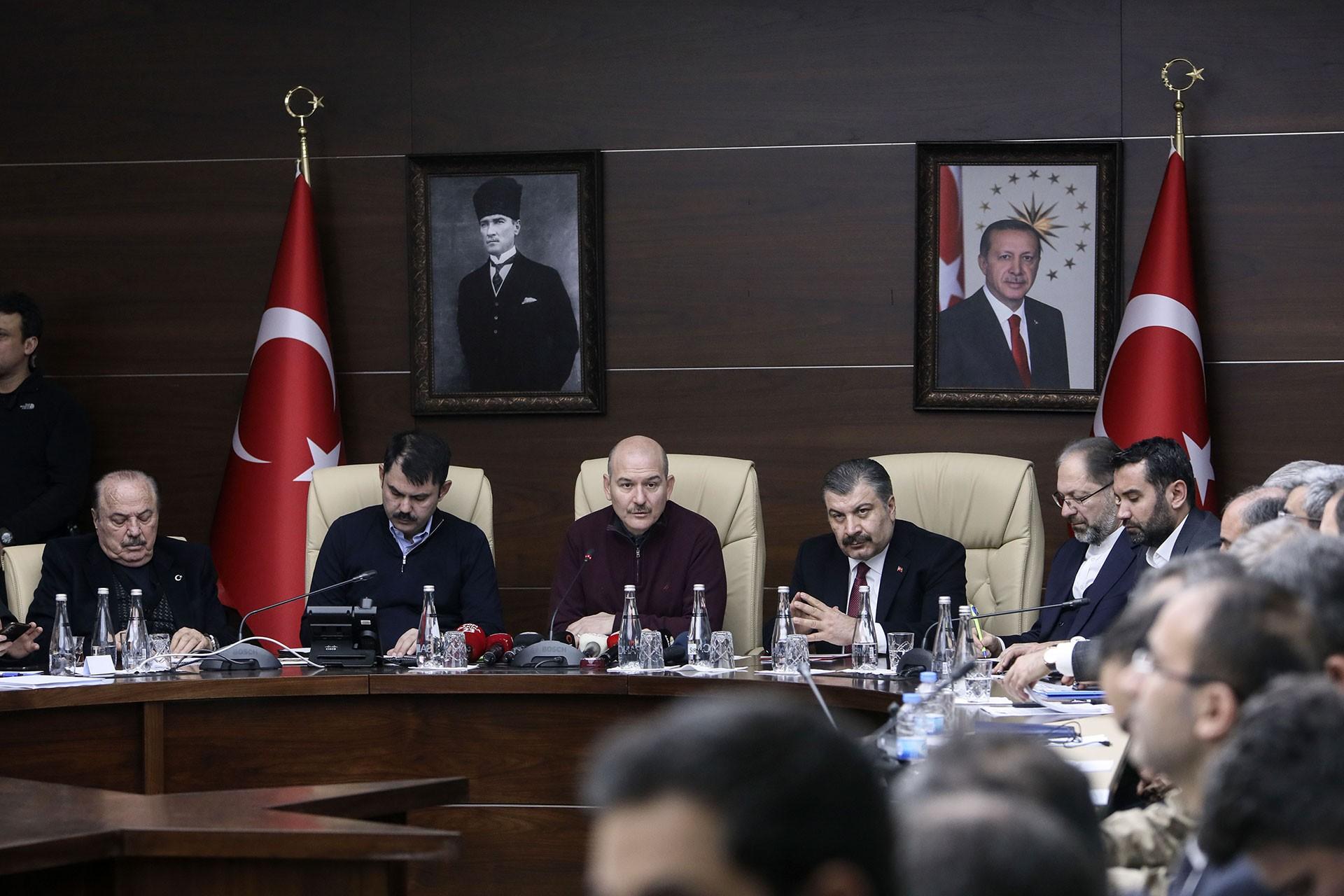 İçişleri Bakanı Süleyman Soylu (ortada), Sağlık Bakanı Fahrettin Koca (sağ 3) ve Çevre ve Şehircilik Bakanı Murat Kurum (sol 2), Elazığ Valiliğinde Değerlendirme toplantısının ardından basın açıklaması yapıyor.
