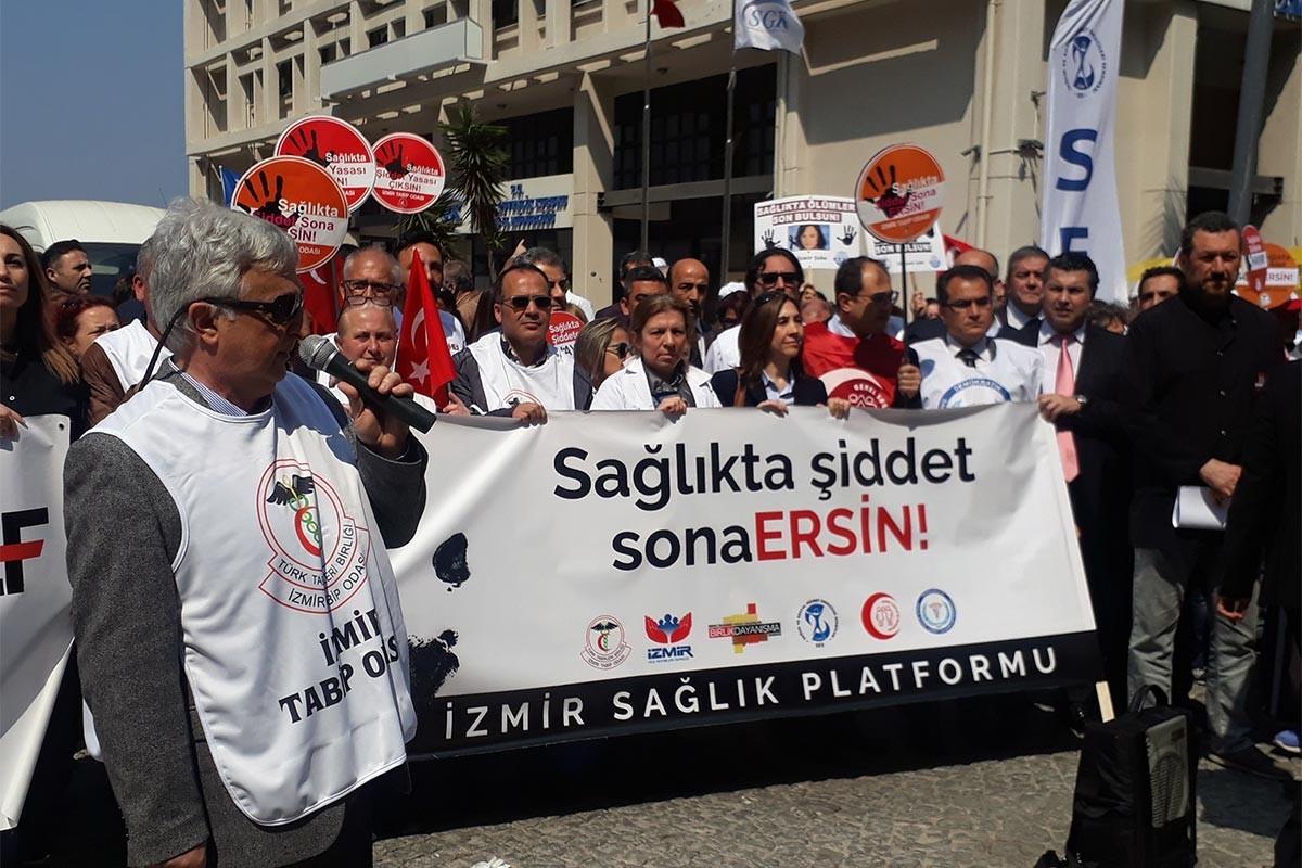 'Sağlıkta şiddet sona ersin' yazılı pankart taşıyan sağlık emekçileri.