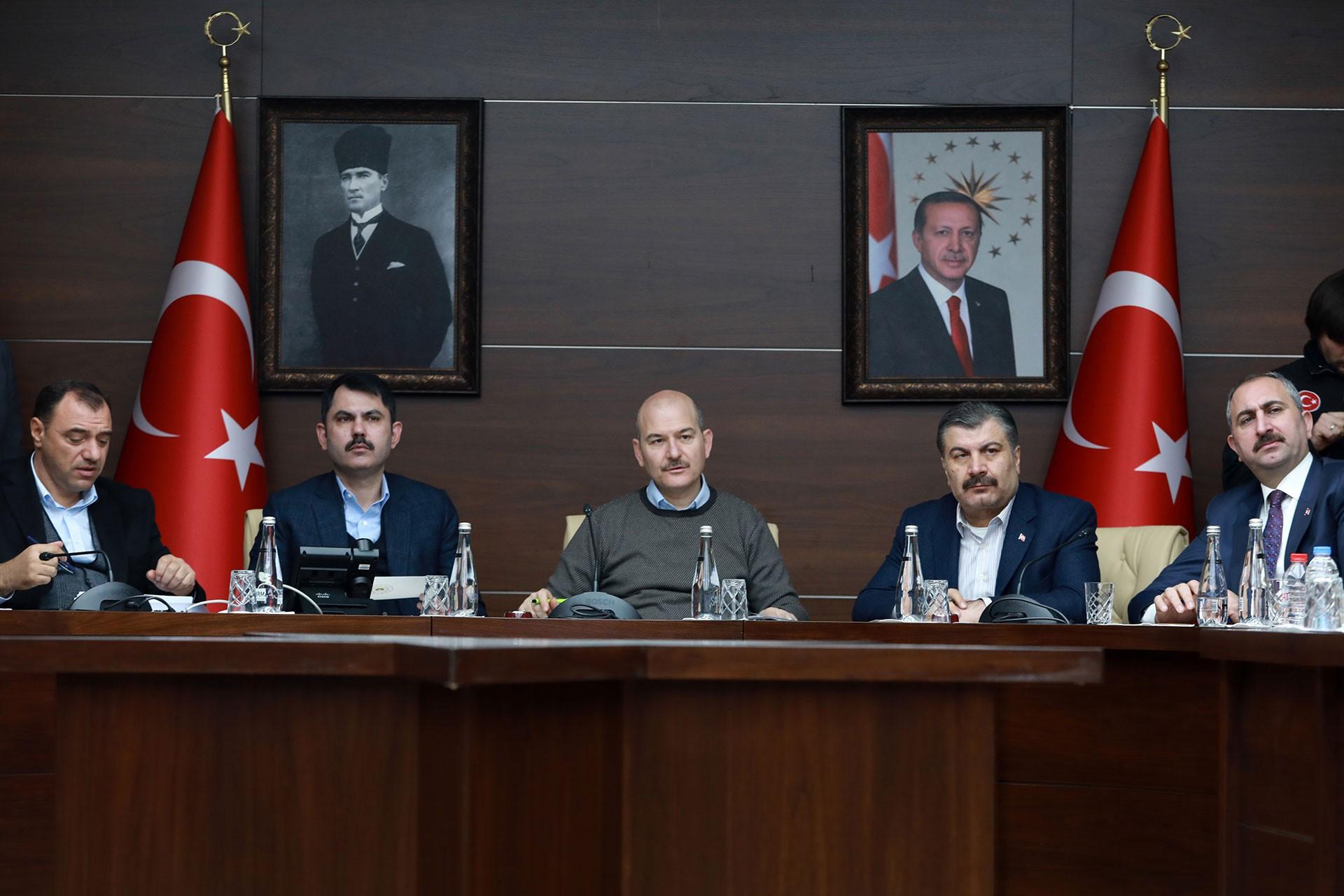 İçişleri Bakanı Süleyman Soylu (ortada), Adalet Bakanı Abdulhamit Gül (sağda), Sağlık Bakanı Fahrettin Koca (sağdan ikinci) ile Çevre ve Şehircilik Bakanı Murat Kurum (soldan ikinci)