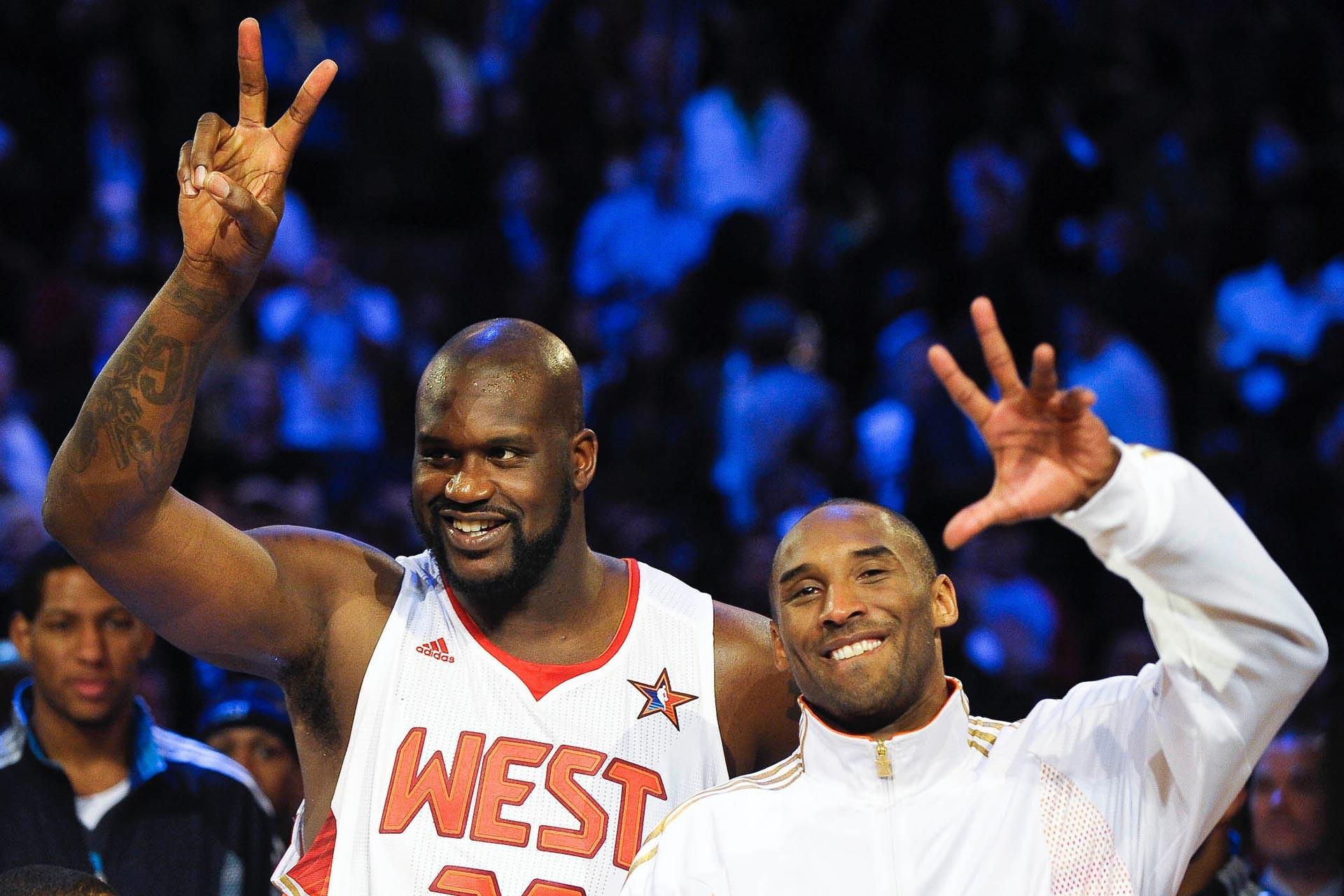 Kobe Bryant ve Shaquille O'neal All Star maçının ardından zafer işareti yaparken