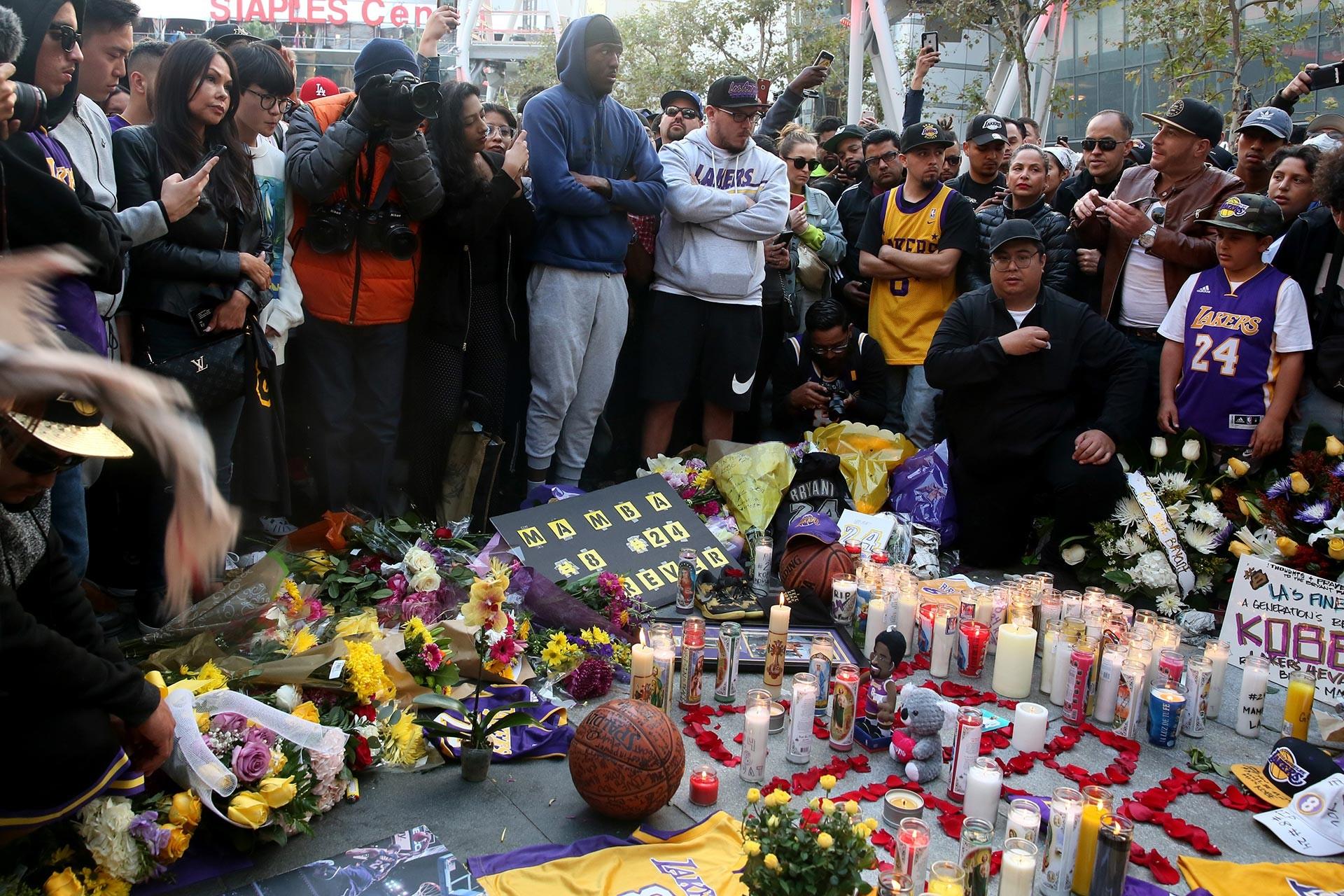 Kobe Bryant'ın ölümünün Los Angeles Lakers'ın maçlarını oynadığı Staples Center'in önünde Bryant için anı köşesi oluşturuldu