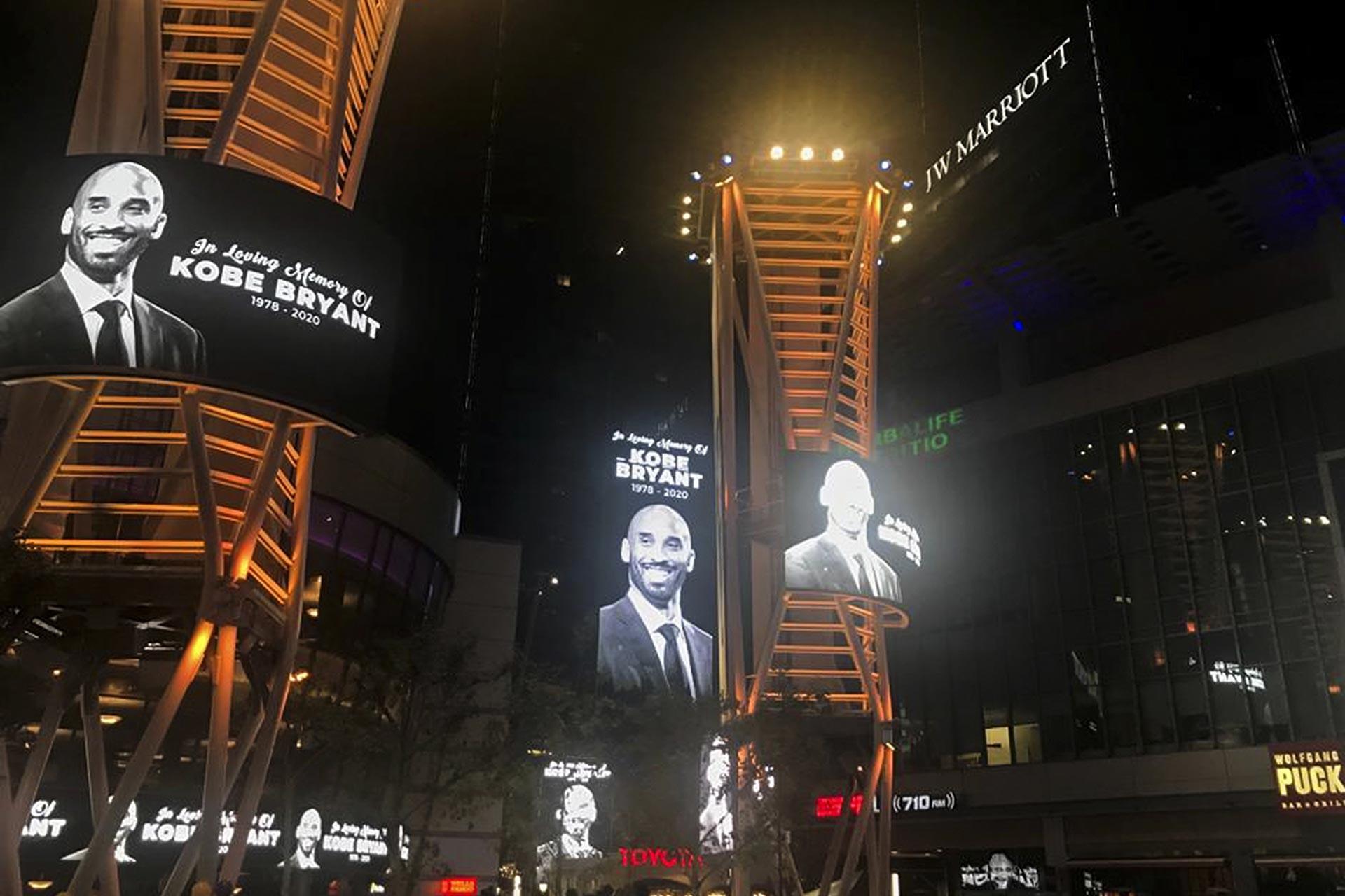 Kobe Bryant'ın ölümünün Los Angeles Lakers'ın maçlarını oynadığı Staples Center'in önündeki dev ekranlarda Bryant'ın fotoğrafına yer verildi