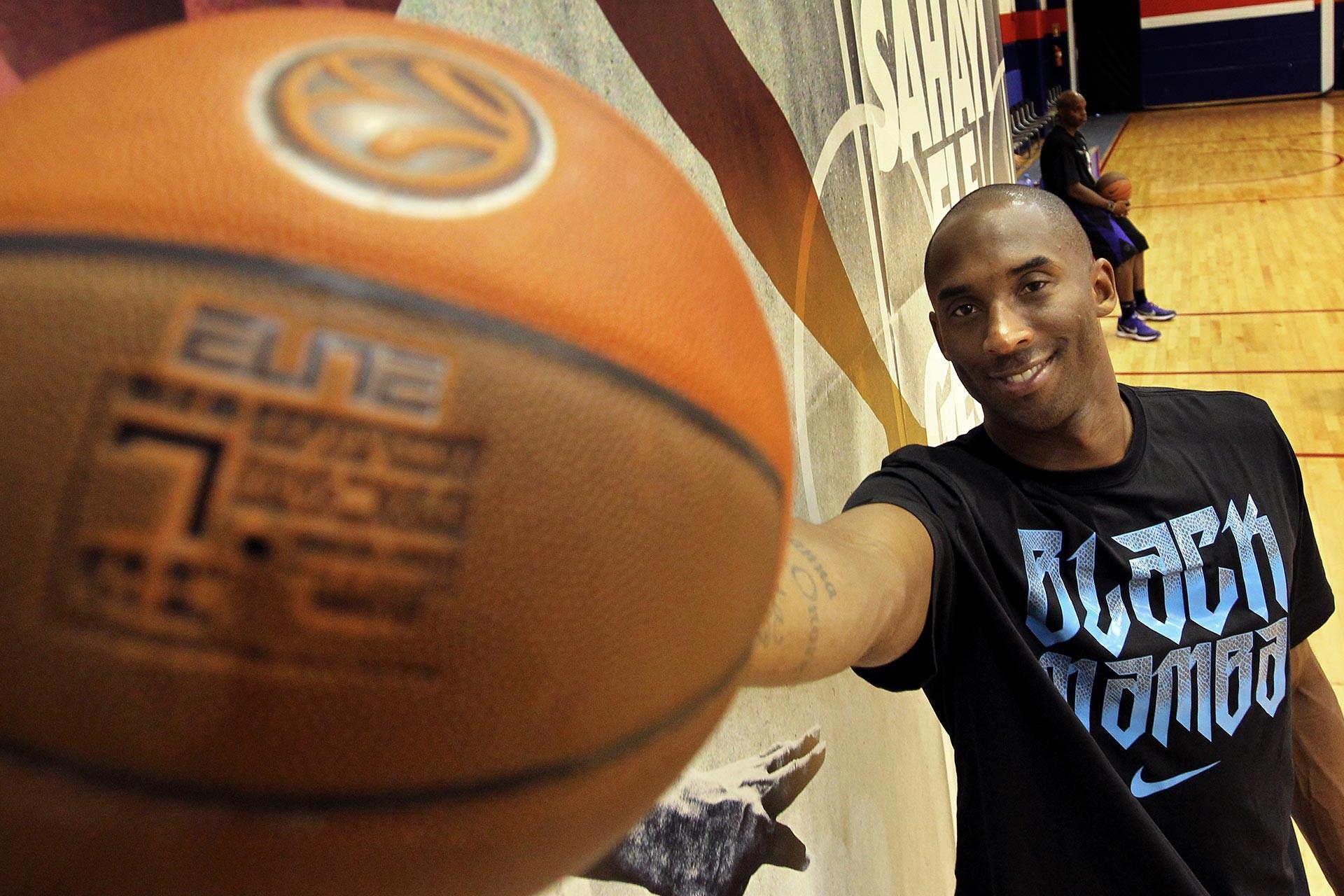 Kobe Bryant, üzerinde 'Black Mamba' (Kara Mamba) yazılı tişört ve elinde basketbol topu ile