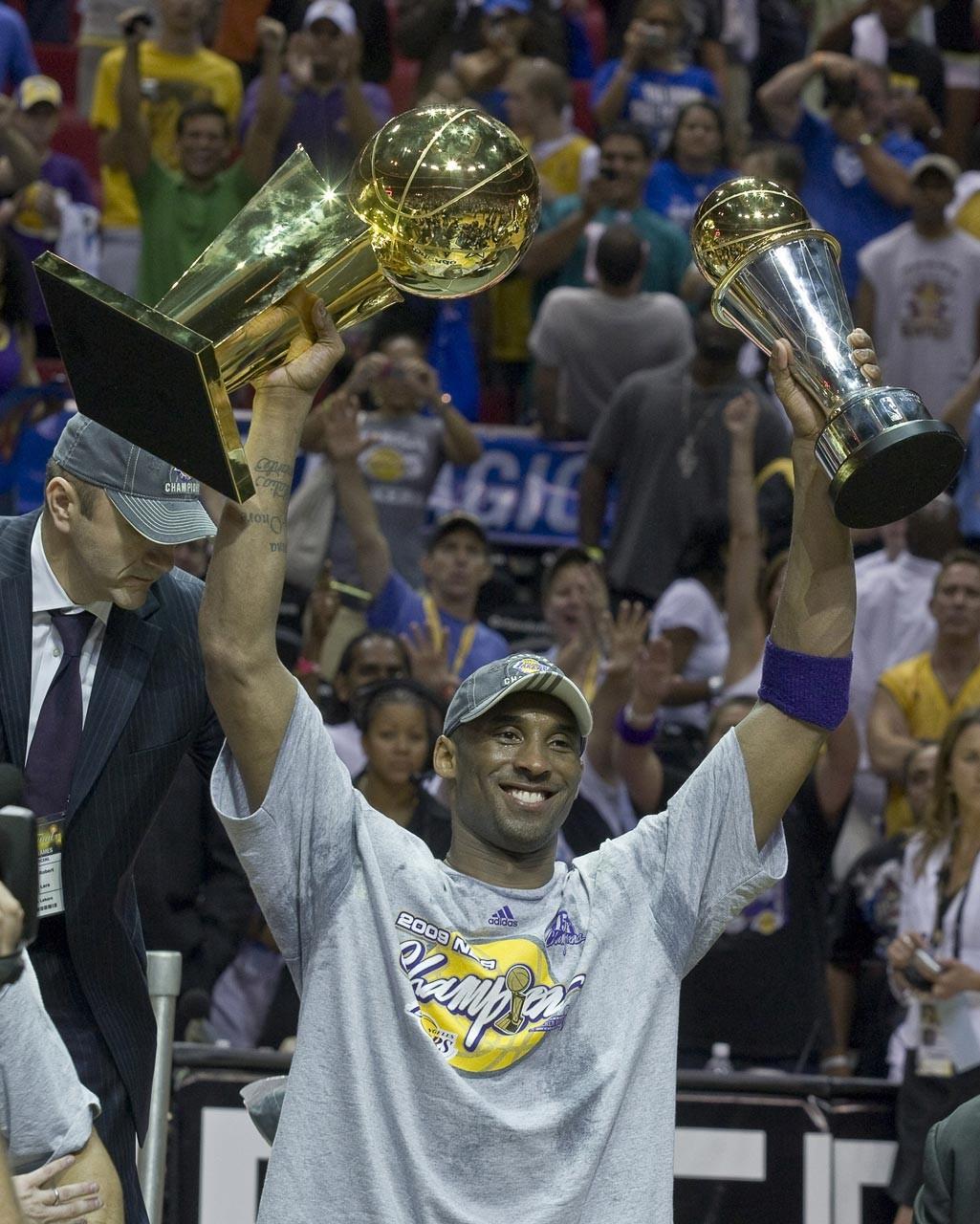 Kobe Bryant, bir ödül töreninde kendisine verilen ödülleri havaya kaldırırken