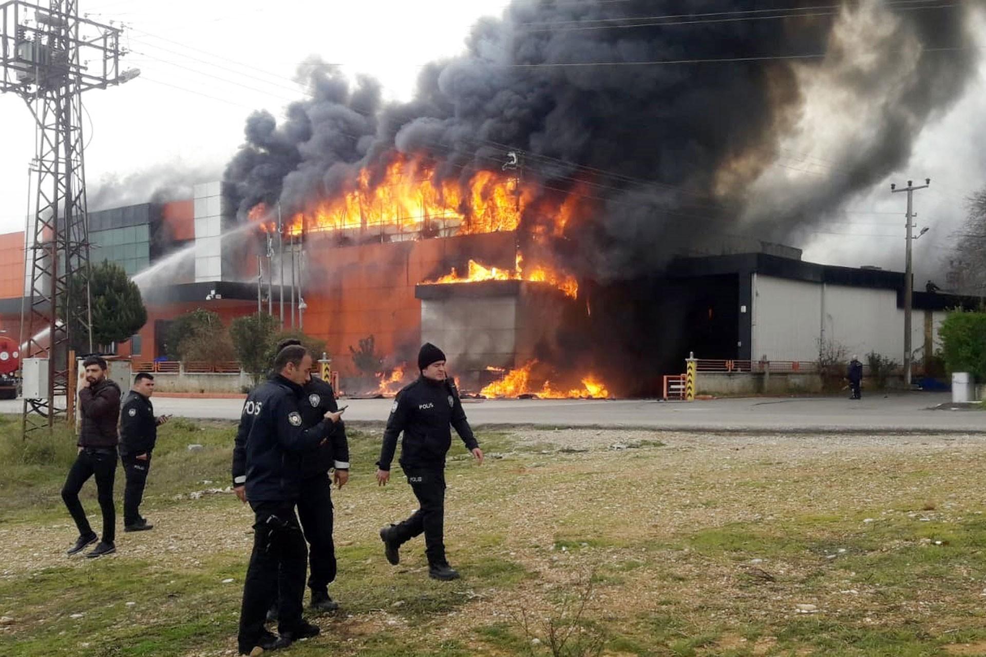 Antalya'da yangın çıkan işyeri ve polisler