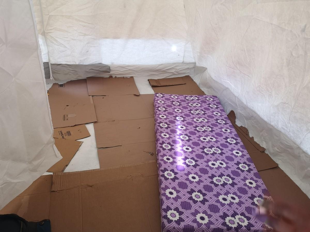 Elazığ'da yaşanan depremin ardından kurulan kimi çadırların içi