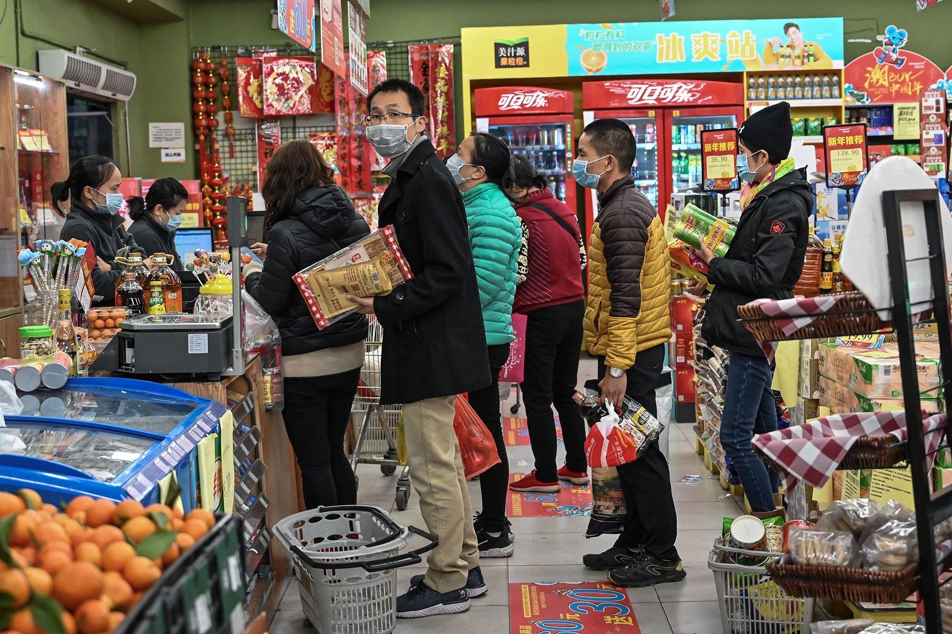 Çin'de ağızlarında maske ile market alışverişi yapan vatandaşlar