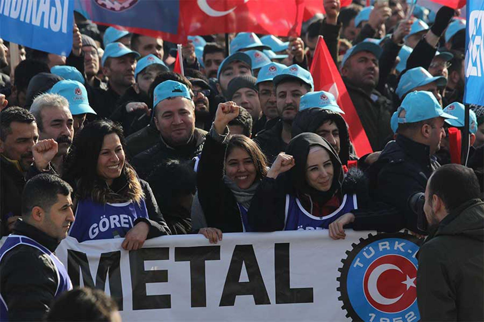 Türk Metal üyesi kadınlar kortejin en önünde yer aldı.
