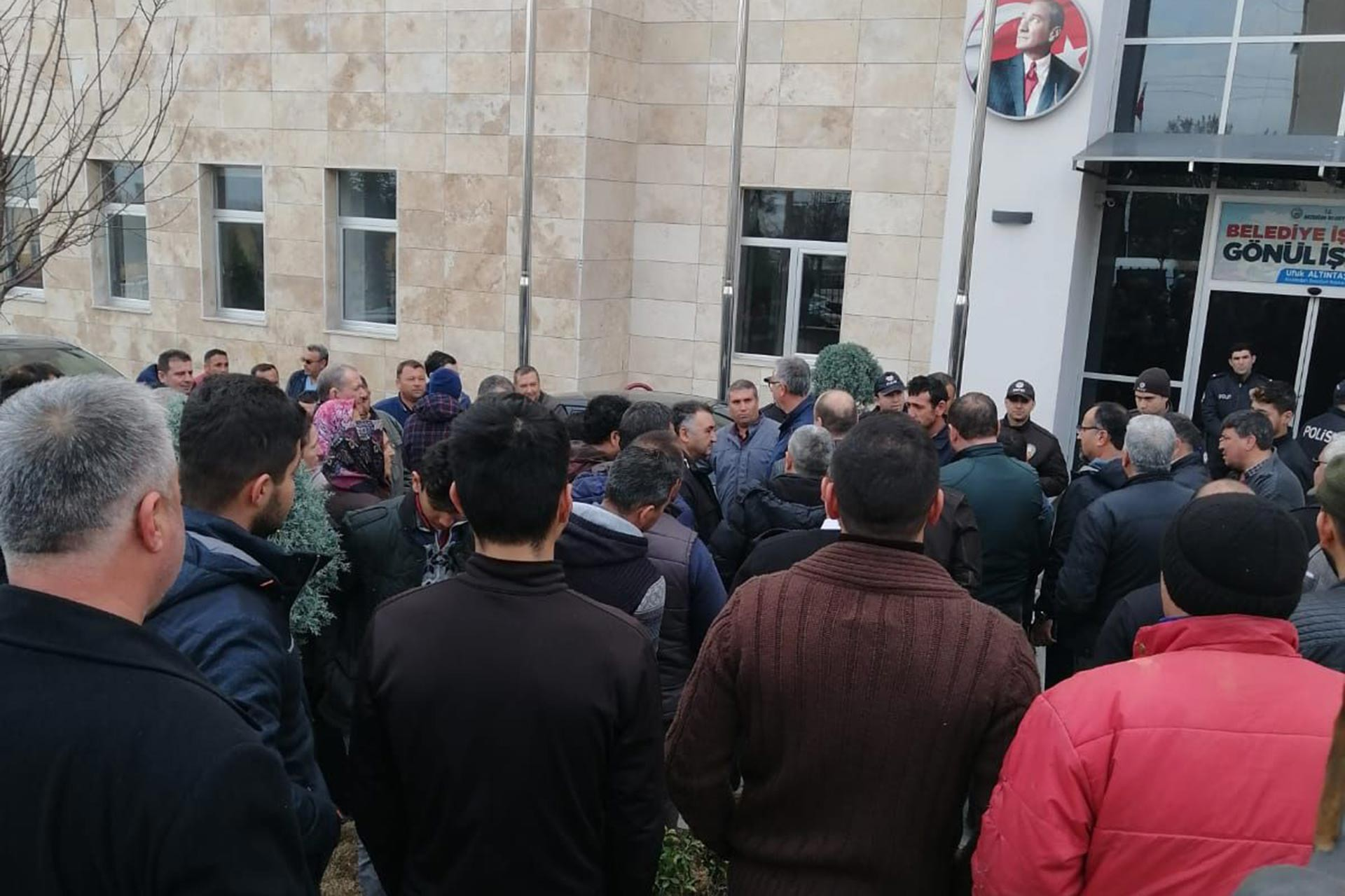 Aydın Bozdoğan Belediyesinden atılan 71 işçi belediye binası önünde toplandı