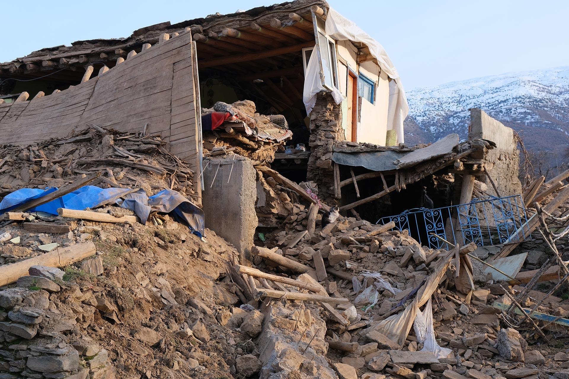 Elazığ Sivrice'de yaşanan 6.8 büyüklüğündeki depremde büyük hasar alan Çevrimtaş köyünde yıkılmış bir ev